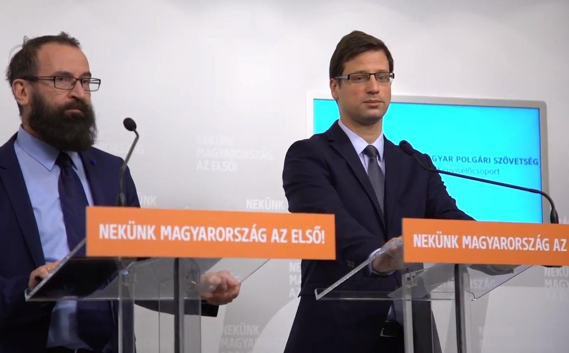 Gulyás és Szájer képtelen volt válaszolni arra, hogy kínosnak érzik-e, hogy egy pártban ülnek a III/II-es Szita Károllyal