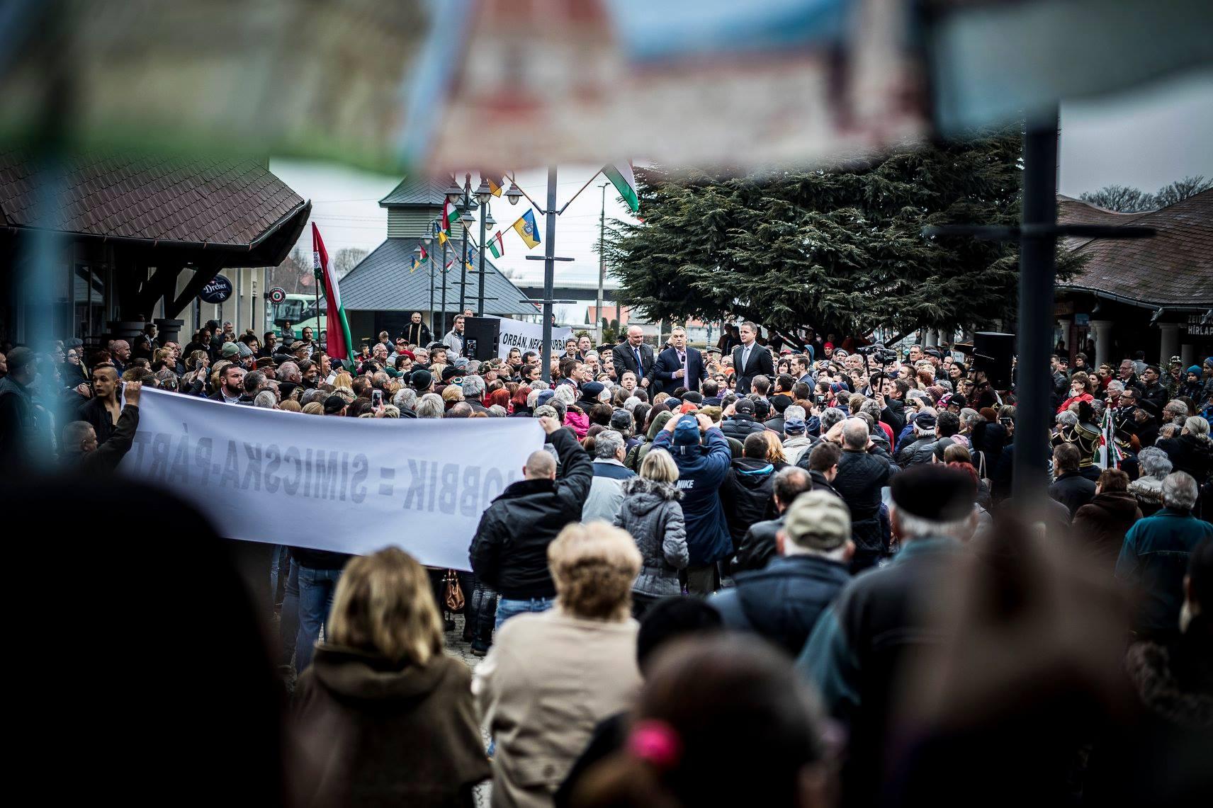 Valamiért Jobbik-ellenes molinókkal várták Orbánt Fonyódon