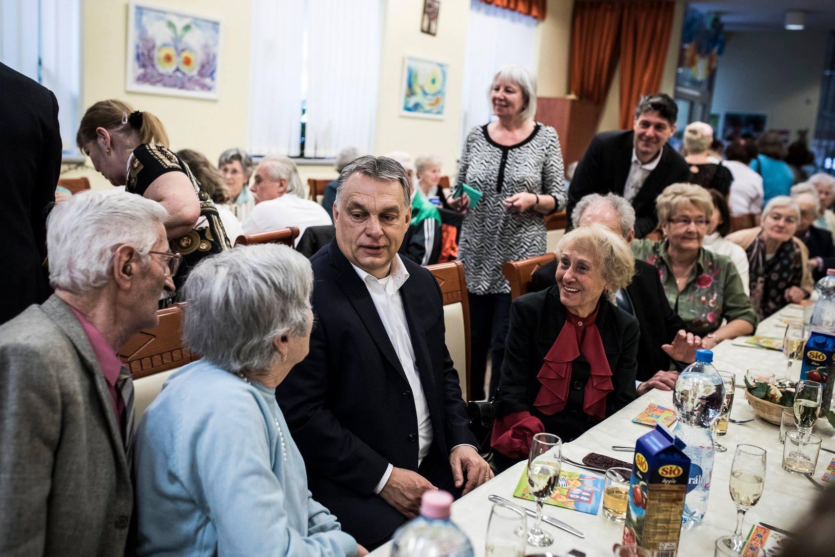 Orbán Viktor azzal ijesztgetett egy nyugdíjasklubban, hogy valakik mindjárt kicserélik Magyarország népességét