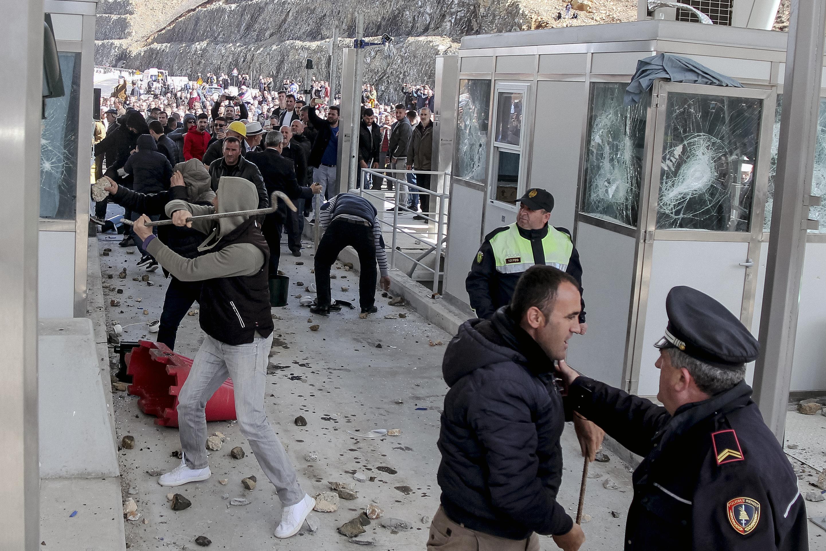 Az albán kormány fizetőssé tette volna az autópálya-használatot, erre az albánok szétverték a kapukat