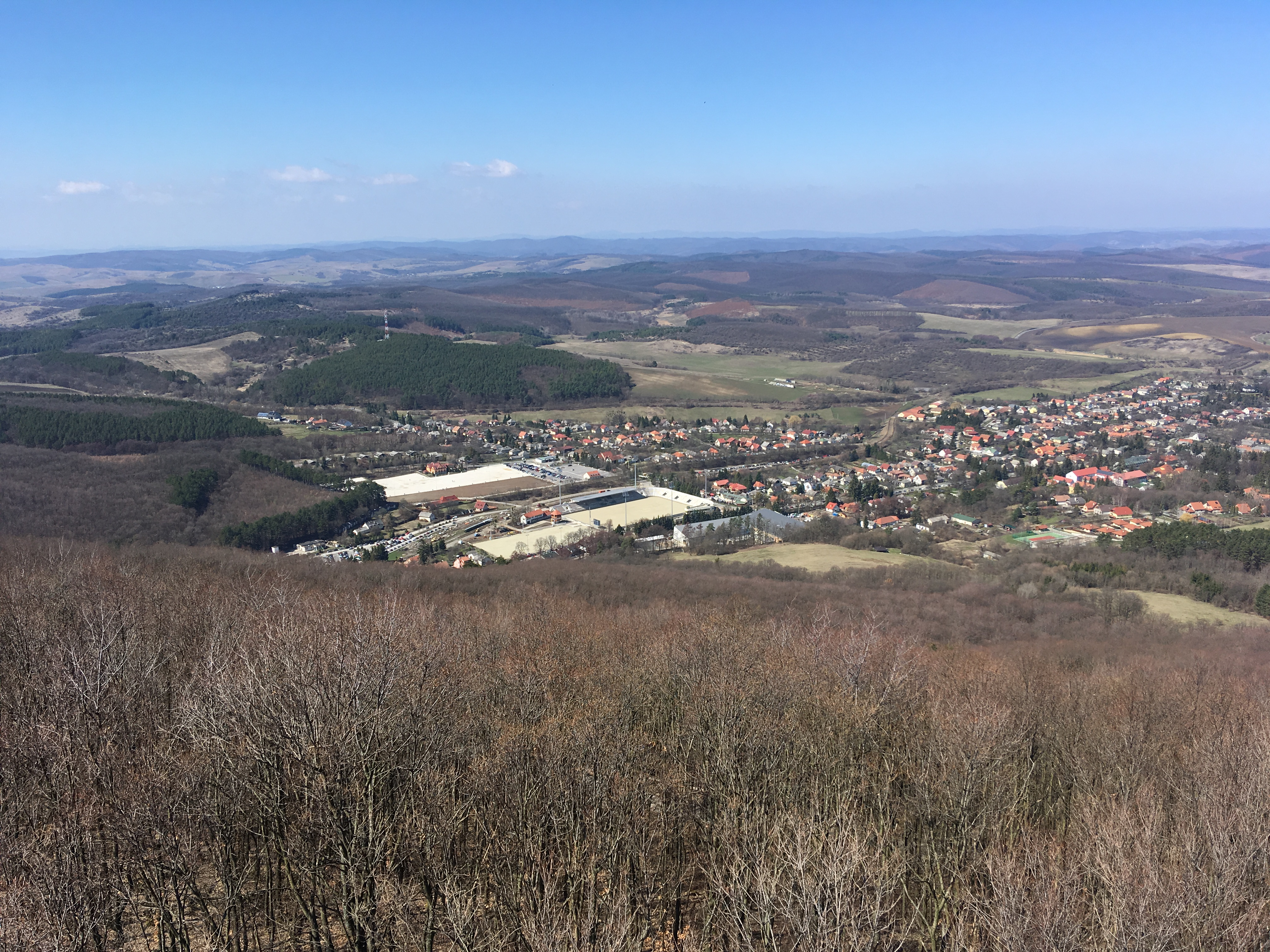Felülről nézve még elkeserítőbb látványt nyújt Mészáros Lőrinc betontömbje