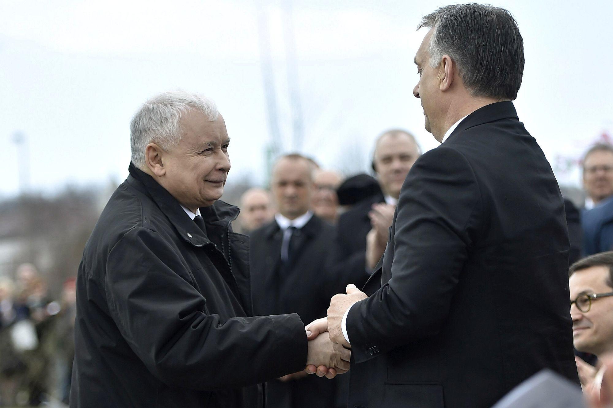 Kaczyński visszafogta magát, nem kezdett el gyilkosozni, viszont agyba-főbe dicsérte Orbánt