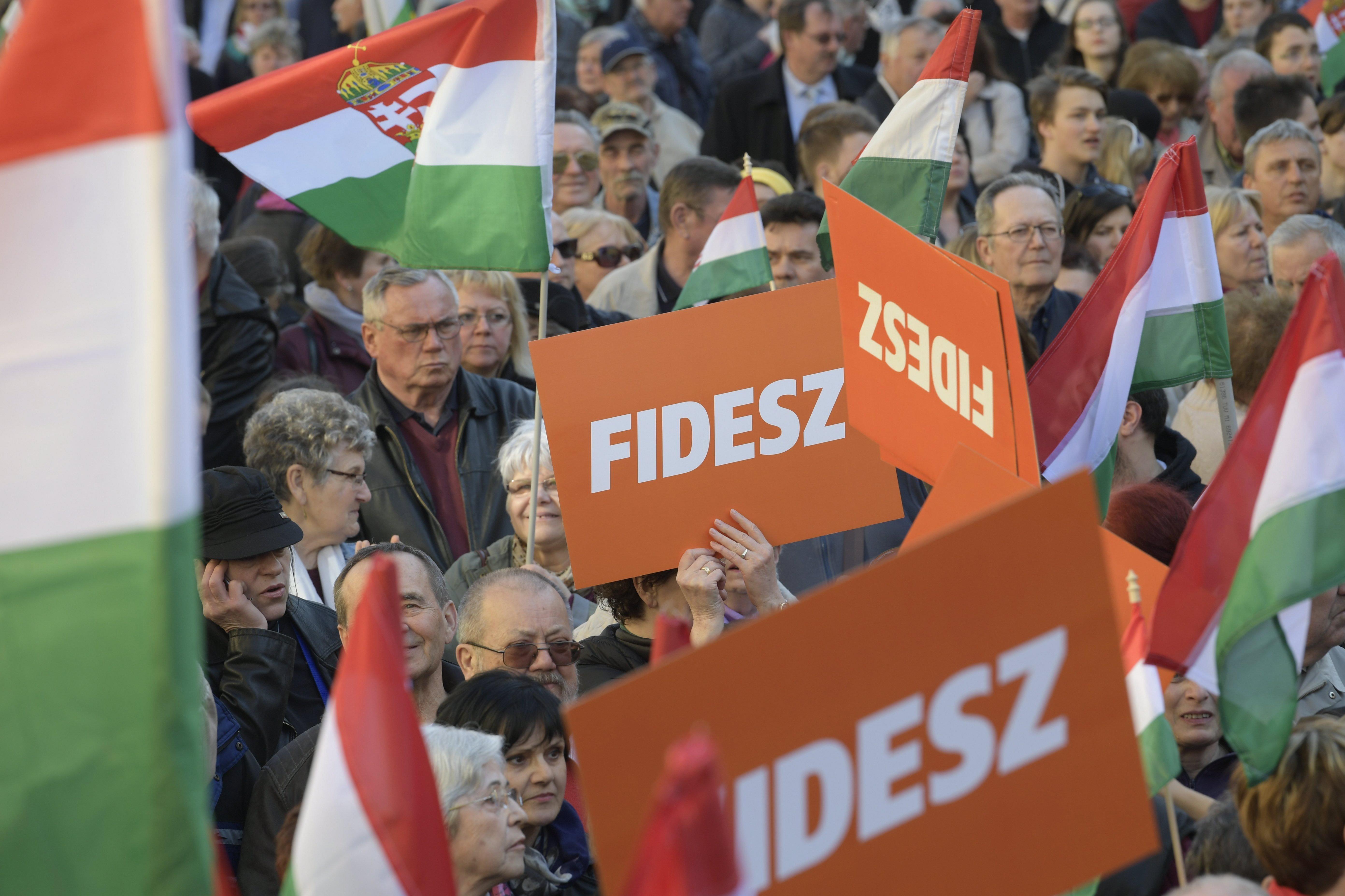 Miközben a kormány milliárdokat költött propagandára, a Fidesznek 870 millióból kijött az egész kampány