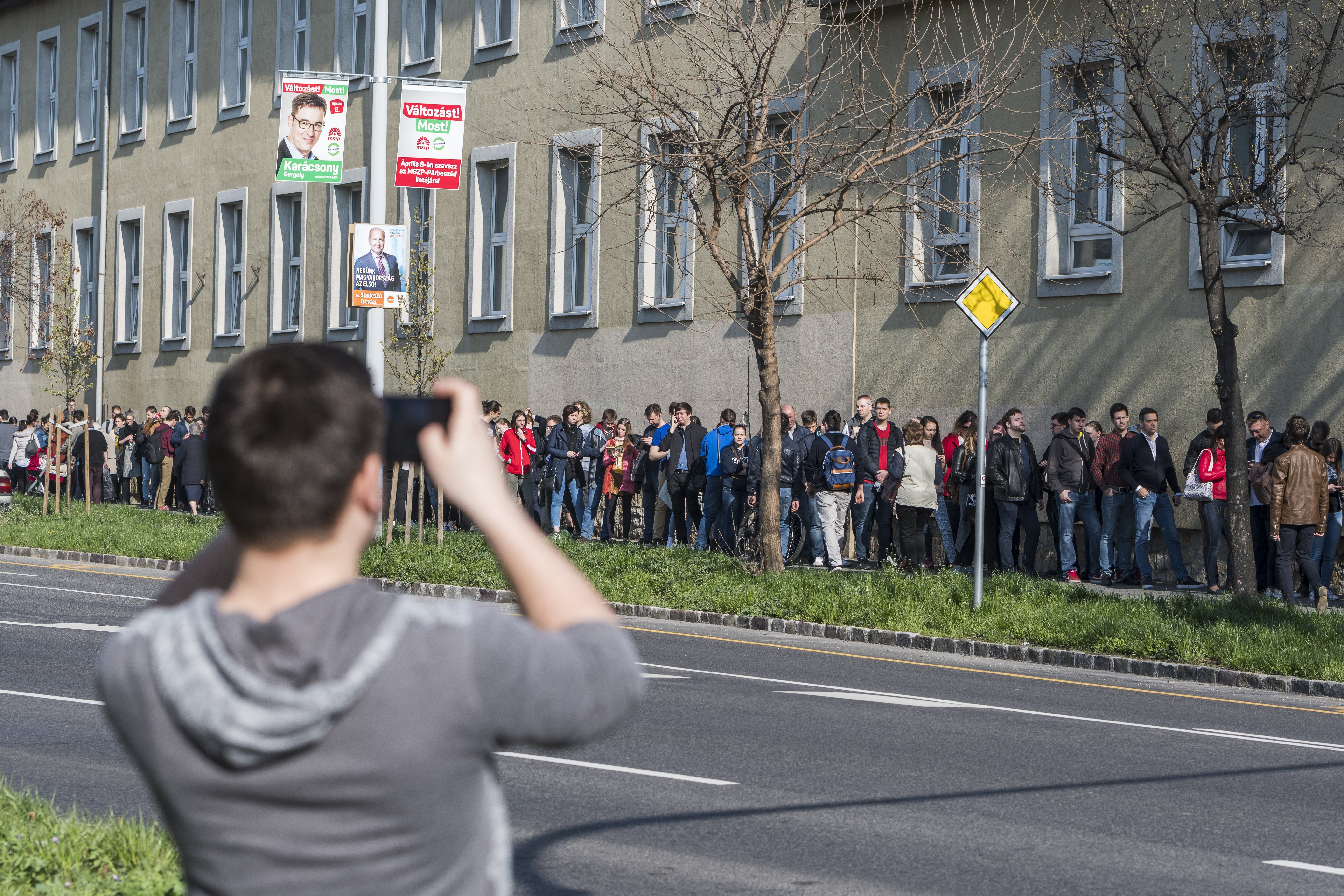 Élő közvetítés: ezrek várakoznak még a szavazásra a Bocskai úton