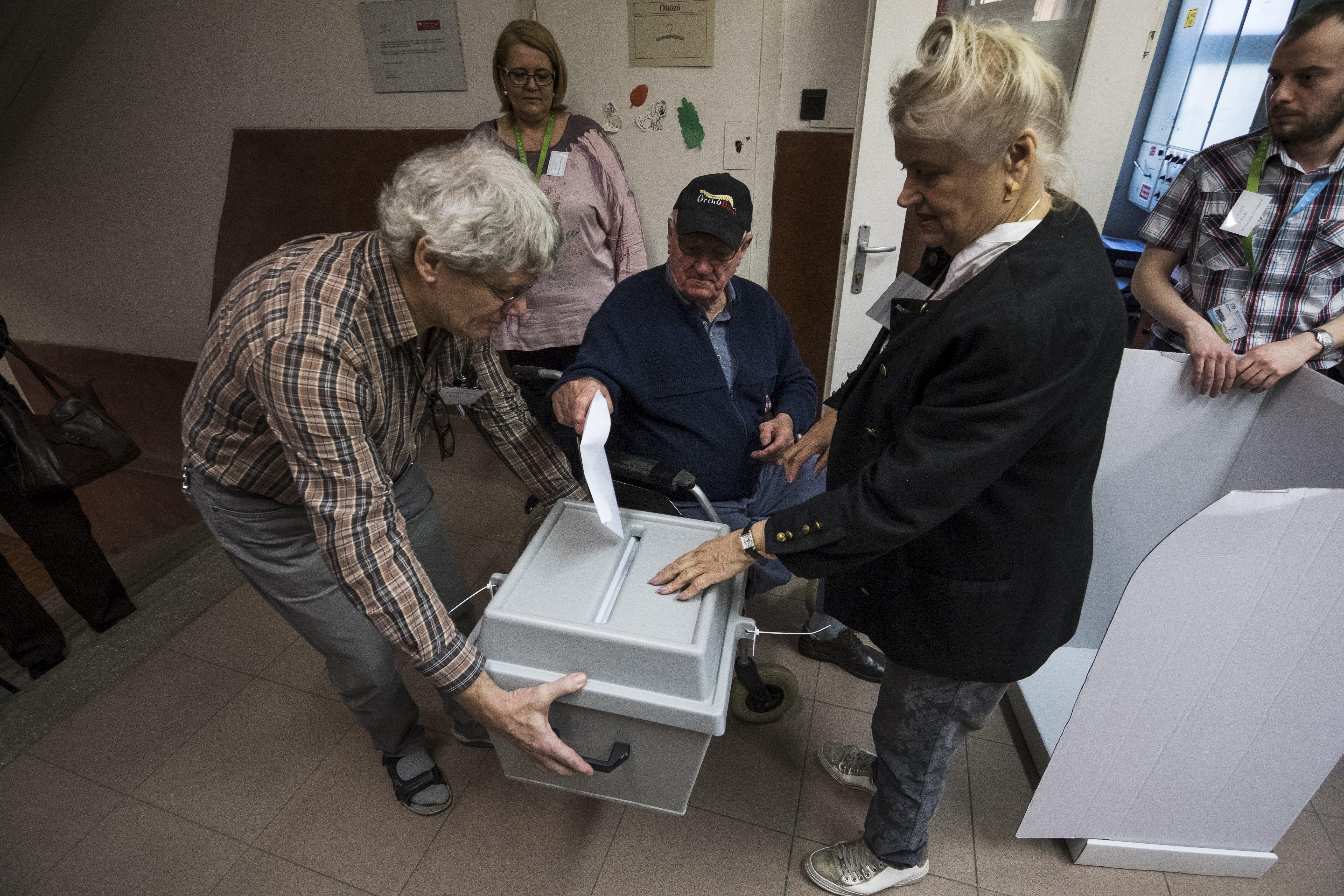 Annyian mennek szavazni, hogy az urna több helyen nem bírta a terhelést