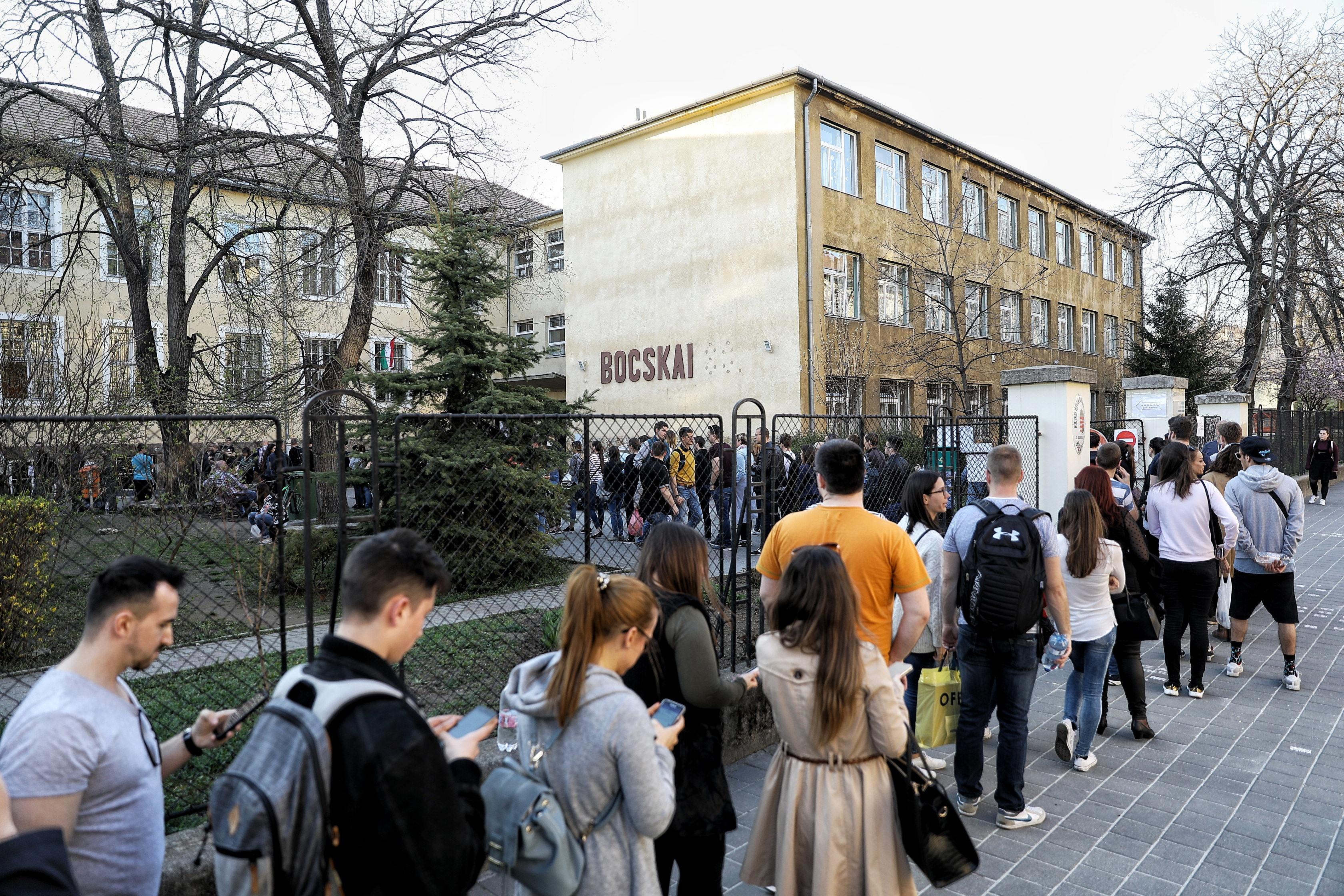 Akár este 11-ig is sorban állhatnak még a Bocskai úti szavazókörnél