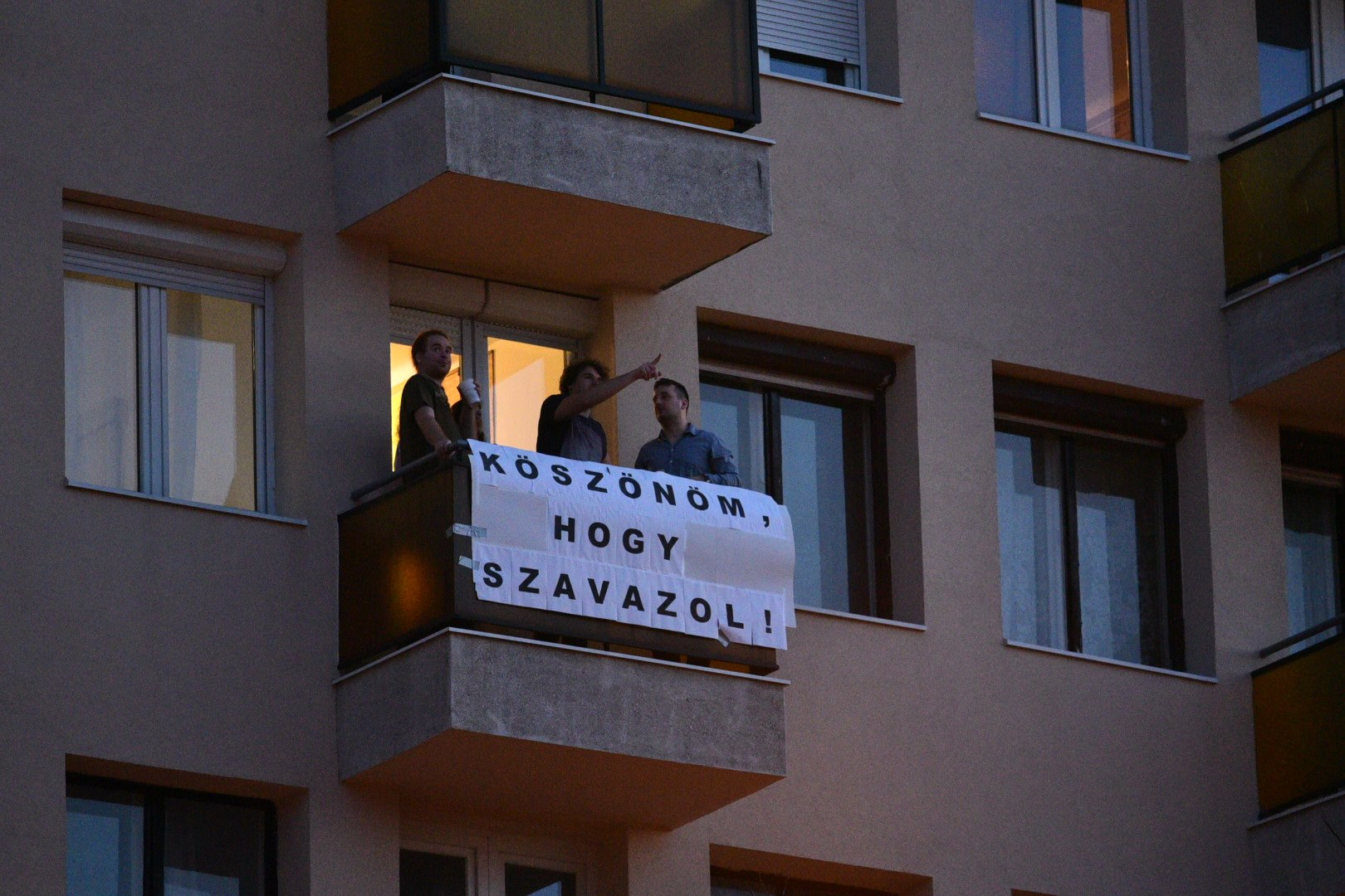 Plakáton köszönik meg a Bocskai út lakói a szavazóknak, hogy sorban állnak