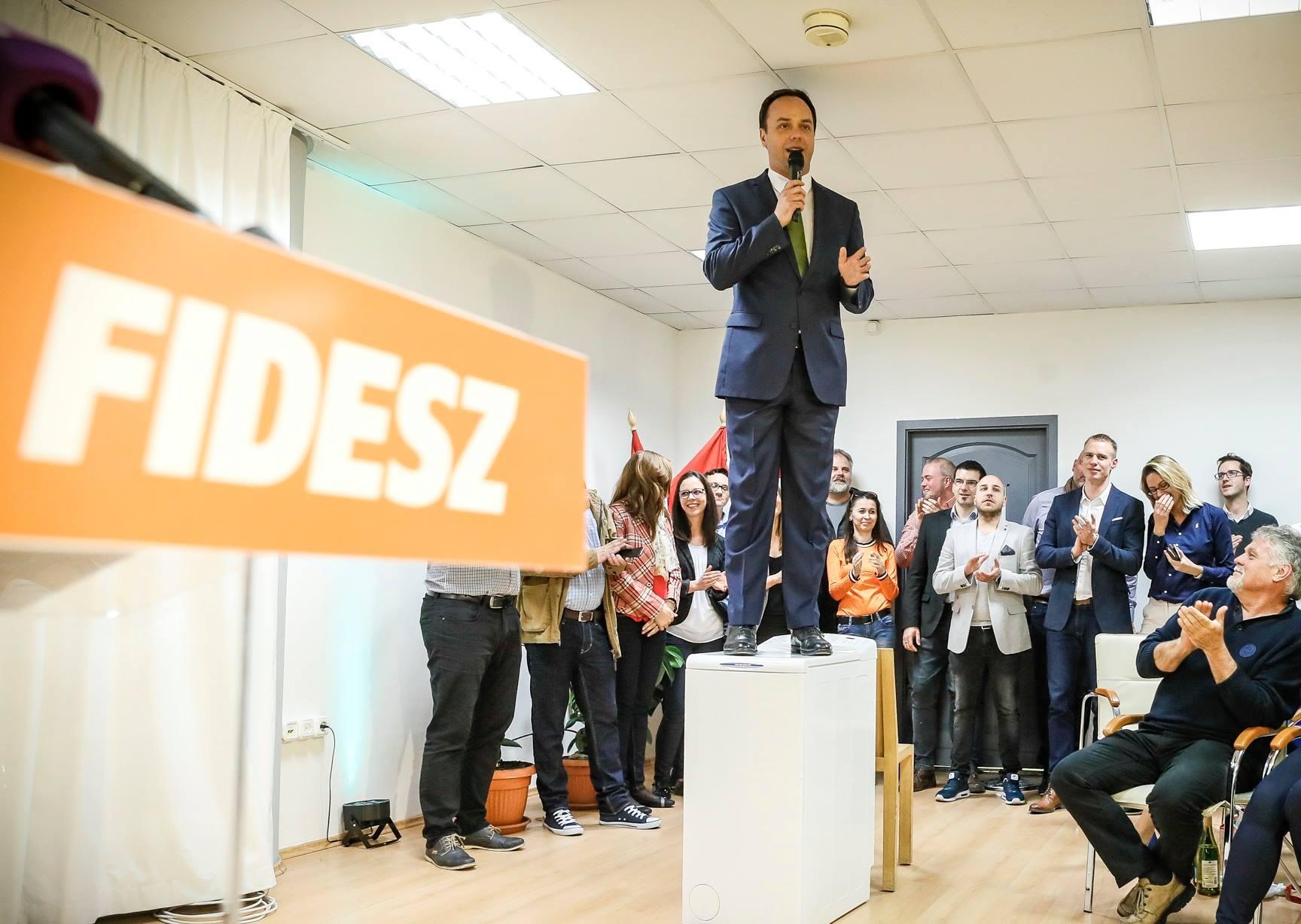 A Fidesz egri jelöltje egy mosógéppel fricskázta meg Orbán Viktort