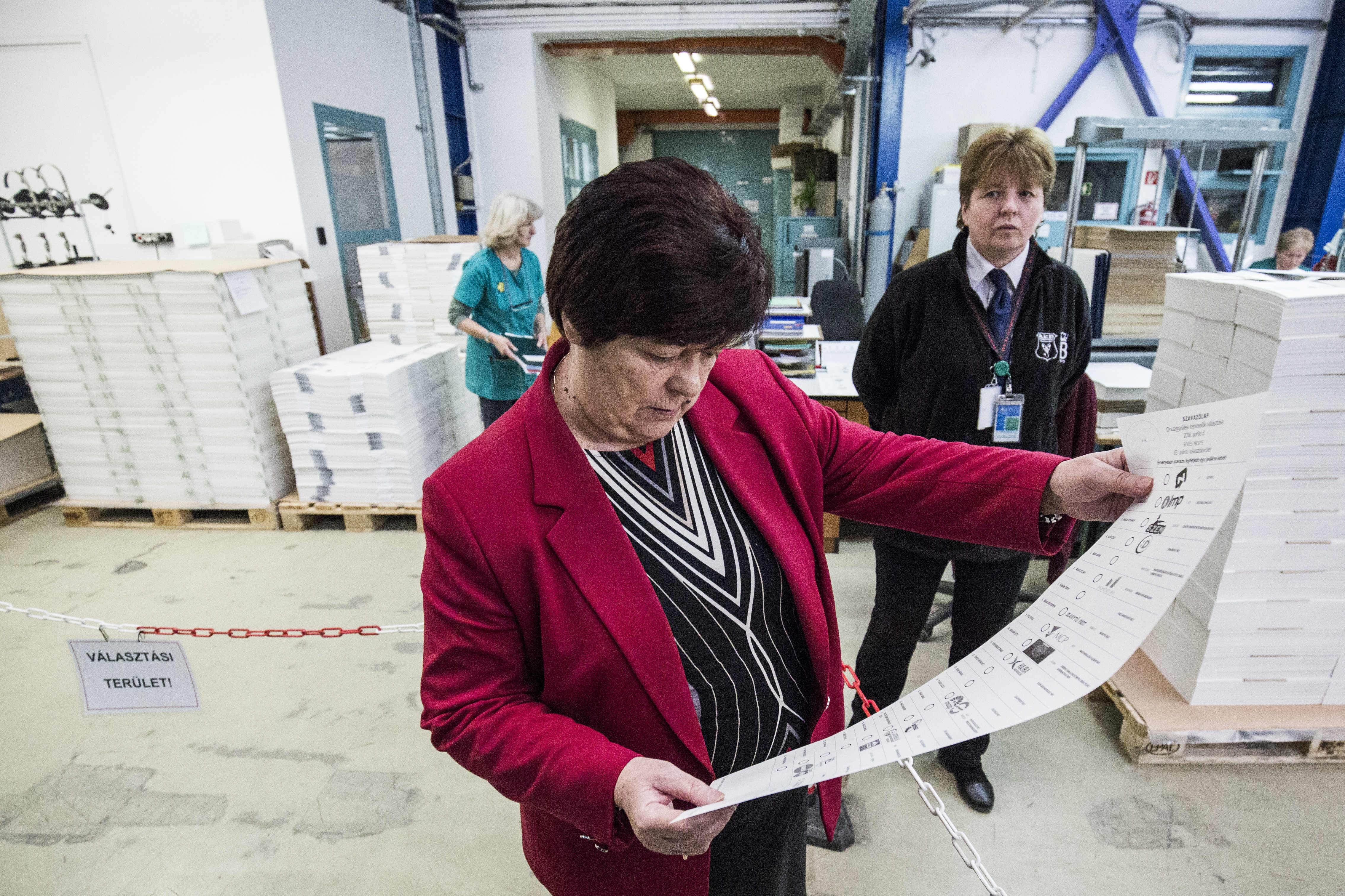 Perceken belül megkaphatják a pártok a szavazóköri jegyzőkönyveket