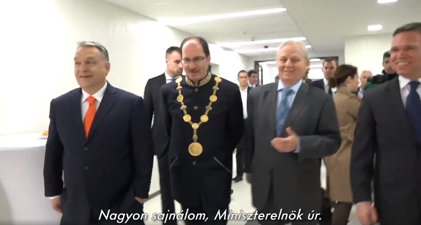 Orbán azzal kezdi az új vicces videóját, hogy háromszor is megalázza a totálisan kikészült Patyi Andrást