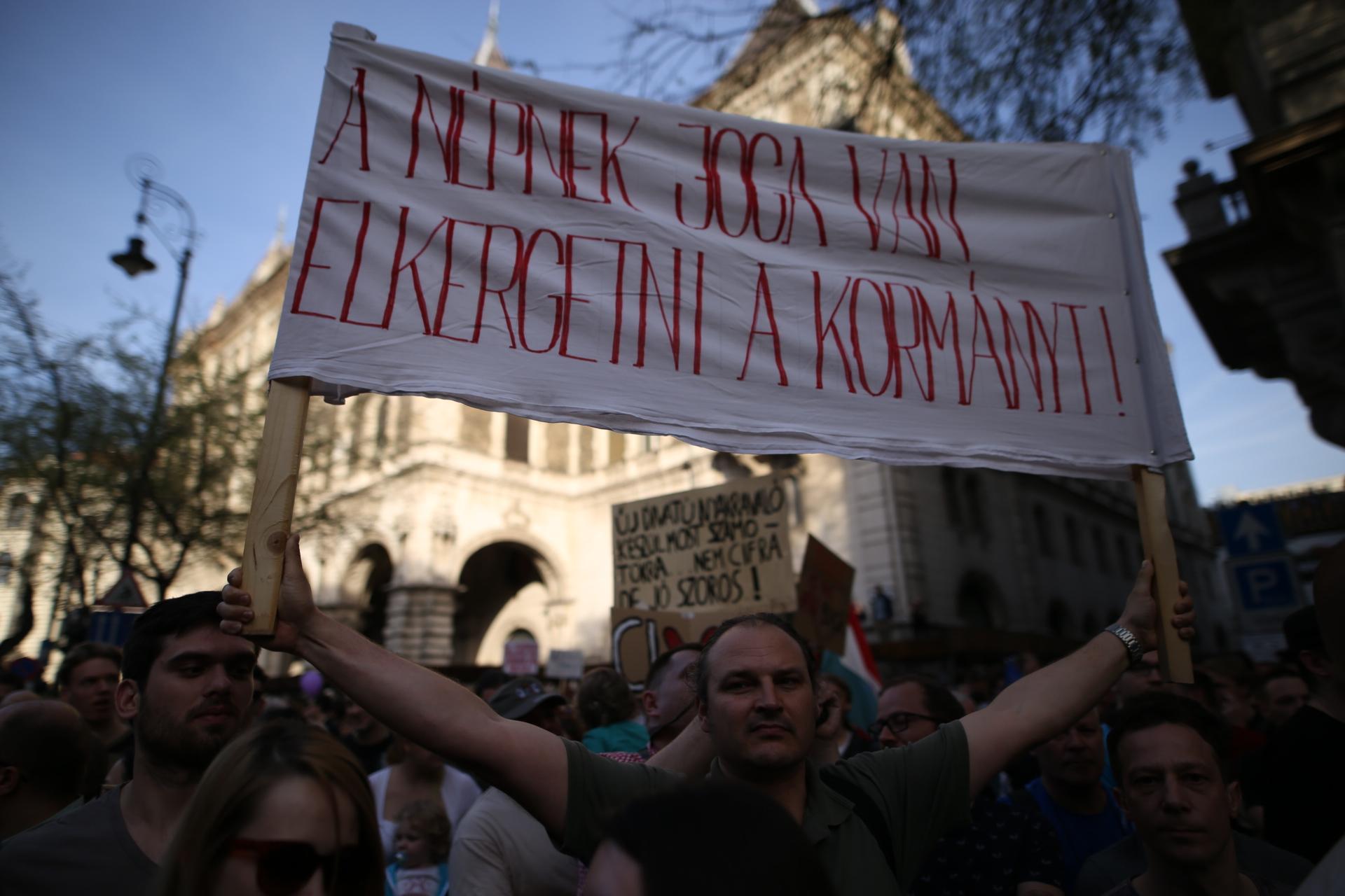 Elindult a menet az Operától a Kossuth tér felé
