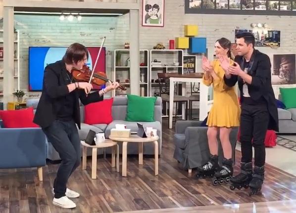 Edvin Marton elhegedüli az I Love Rock 'n' Rollt, miközben görkorcsolyás műsorvezetők tapsolnak neki Bukarestben