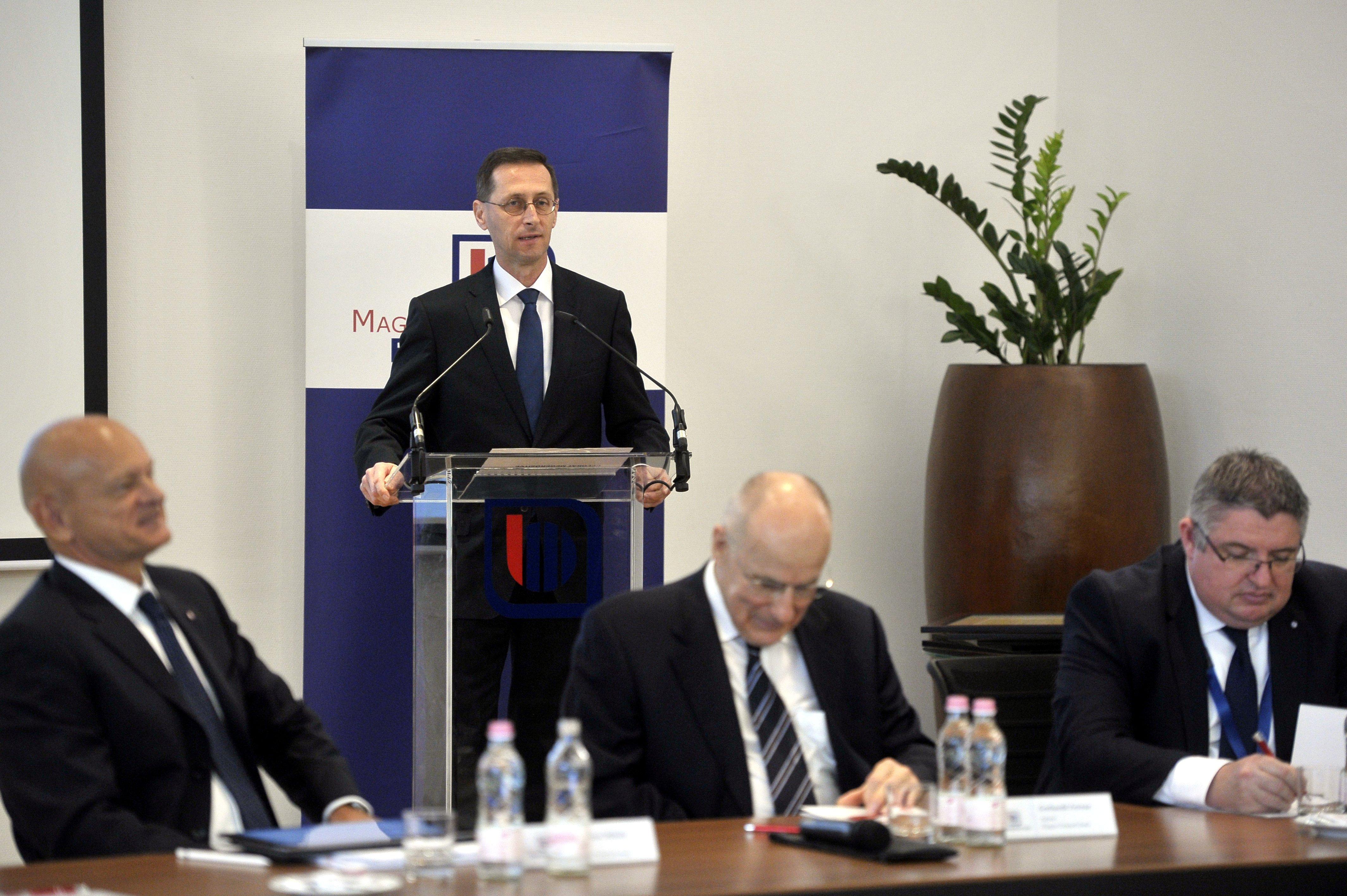 Varga Mihály miniszter marad és járulékcsökkentésről beszélt