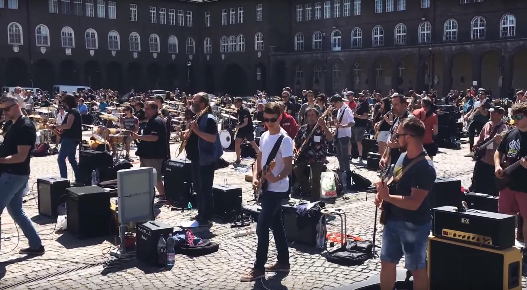 400 fős rockzenekar játszott a szegedi dóm előtt