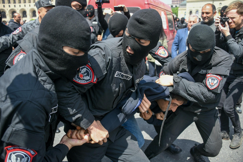 Rendőrök vezették el az örmény ellenzék vezetőjét a kormányellenes tüntetésről