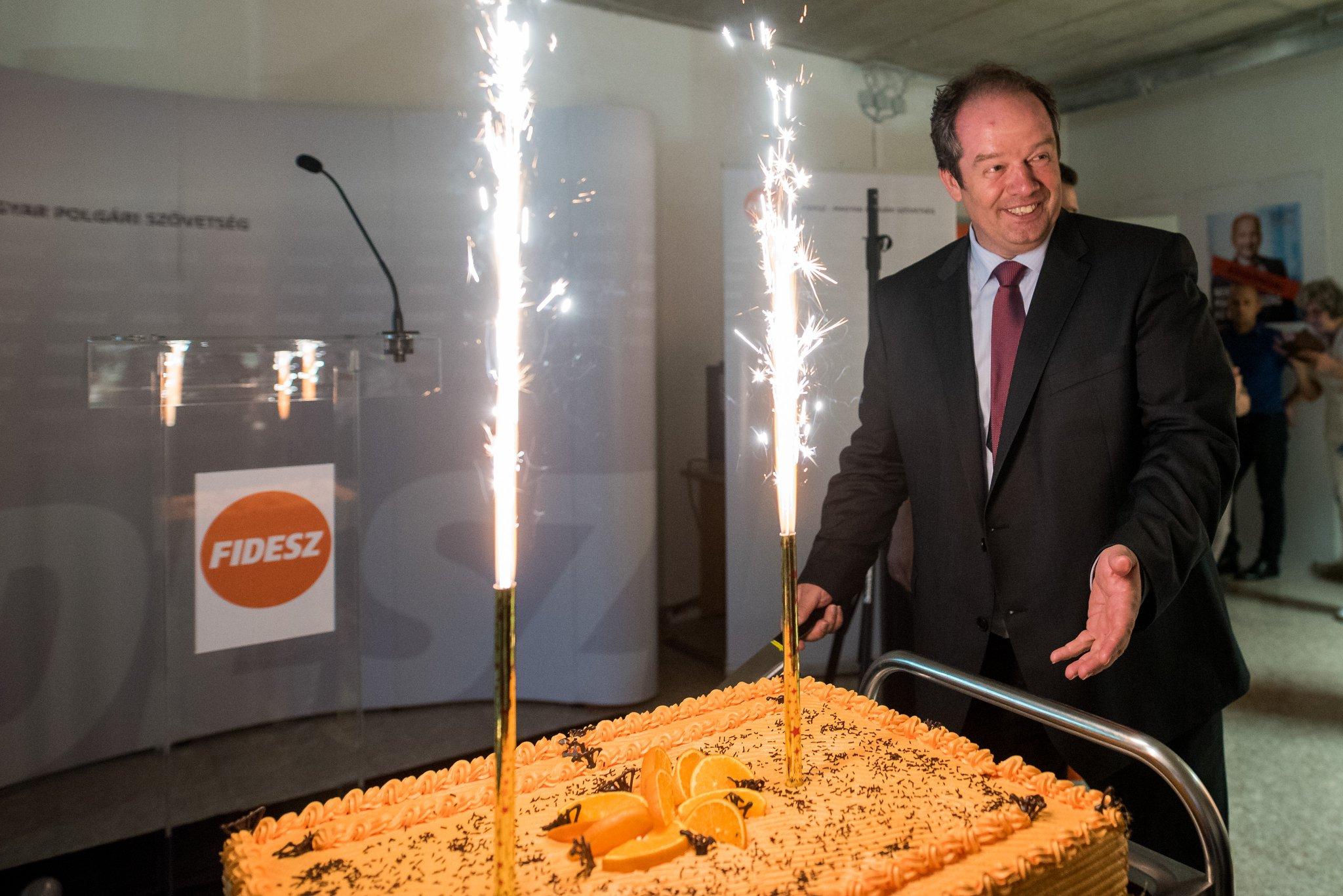 Elképesztő narancstortákkal ünnepli a Fidesz a kétharmados győzelmét
