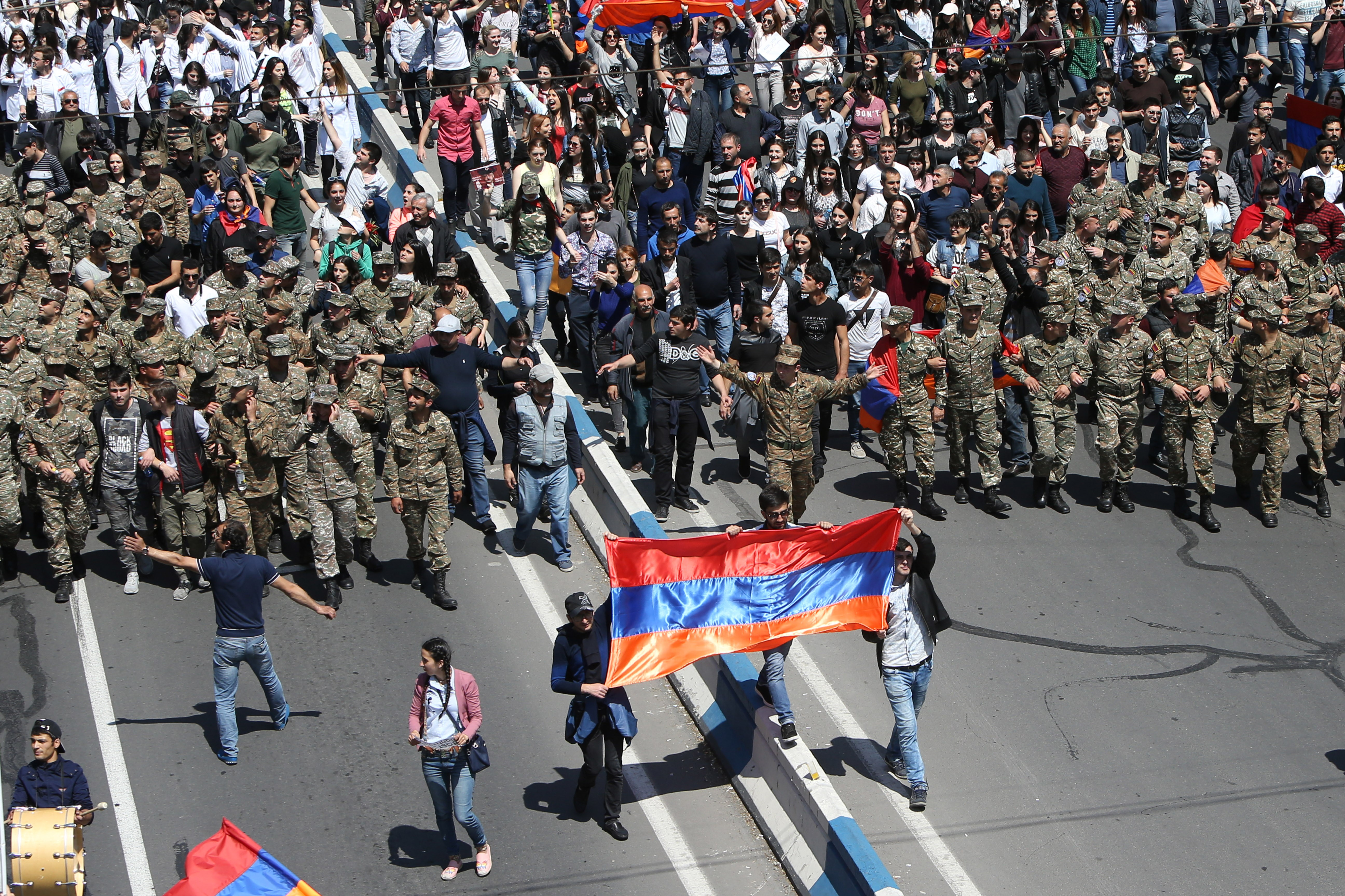Katonák csatlakoztak az örmény tüntetőkhöz