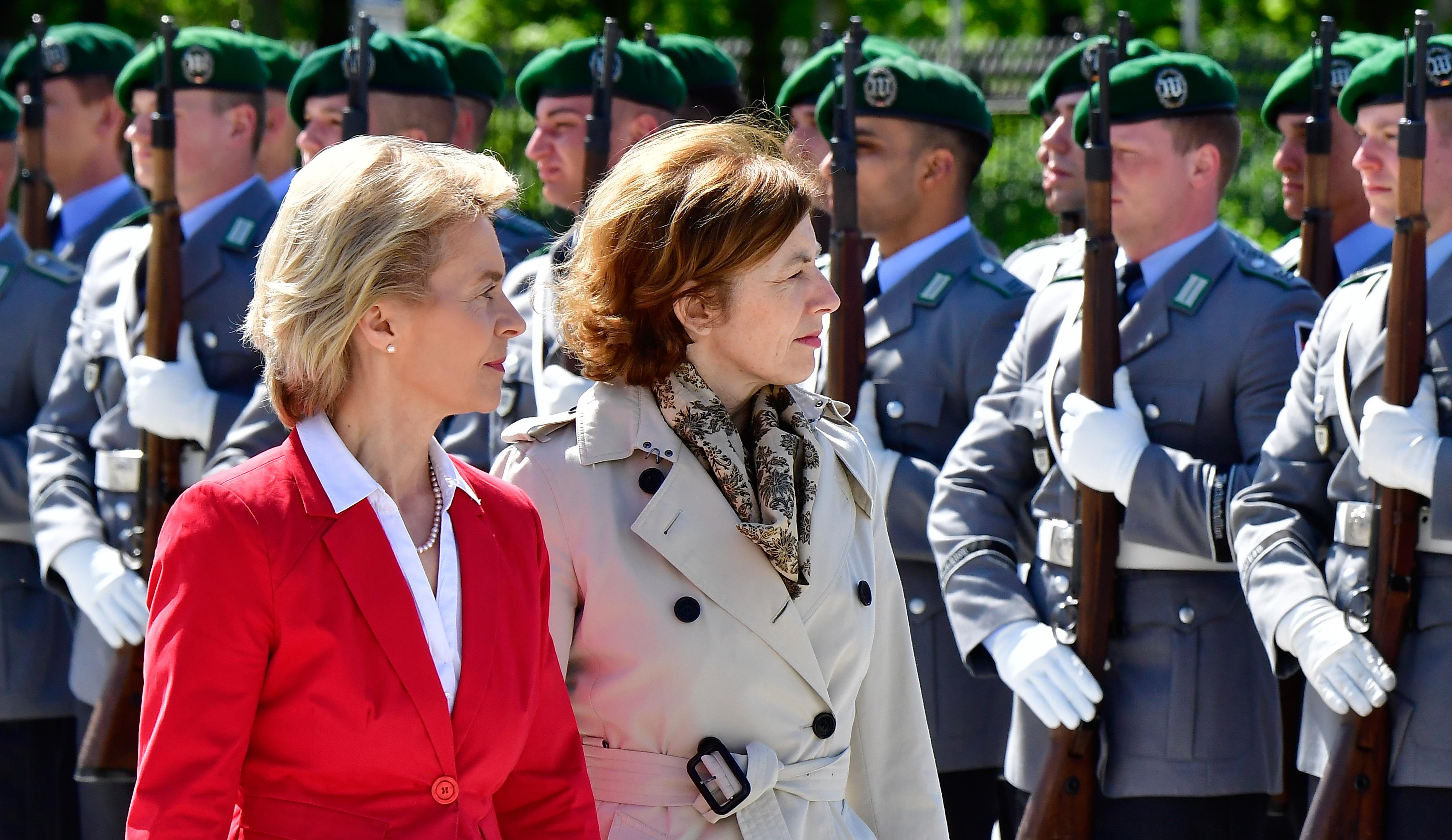 Majd pont abban követi az európai divatot Orbán, hogy ne katona legyen a védelmi miniszter, netán egy nőre bízza a feladatot