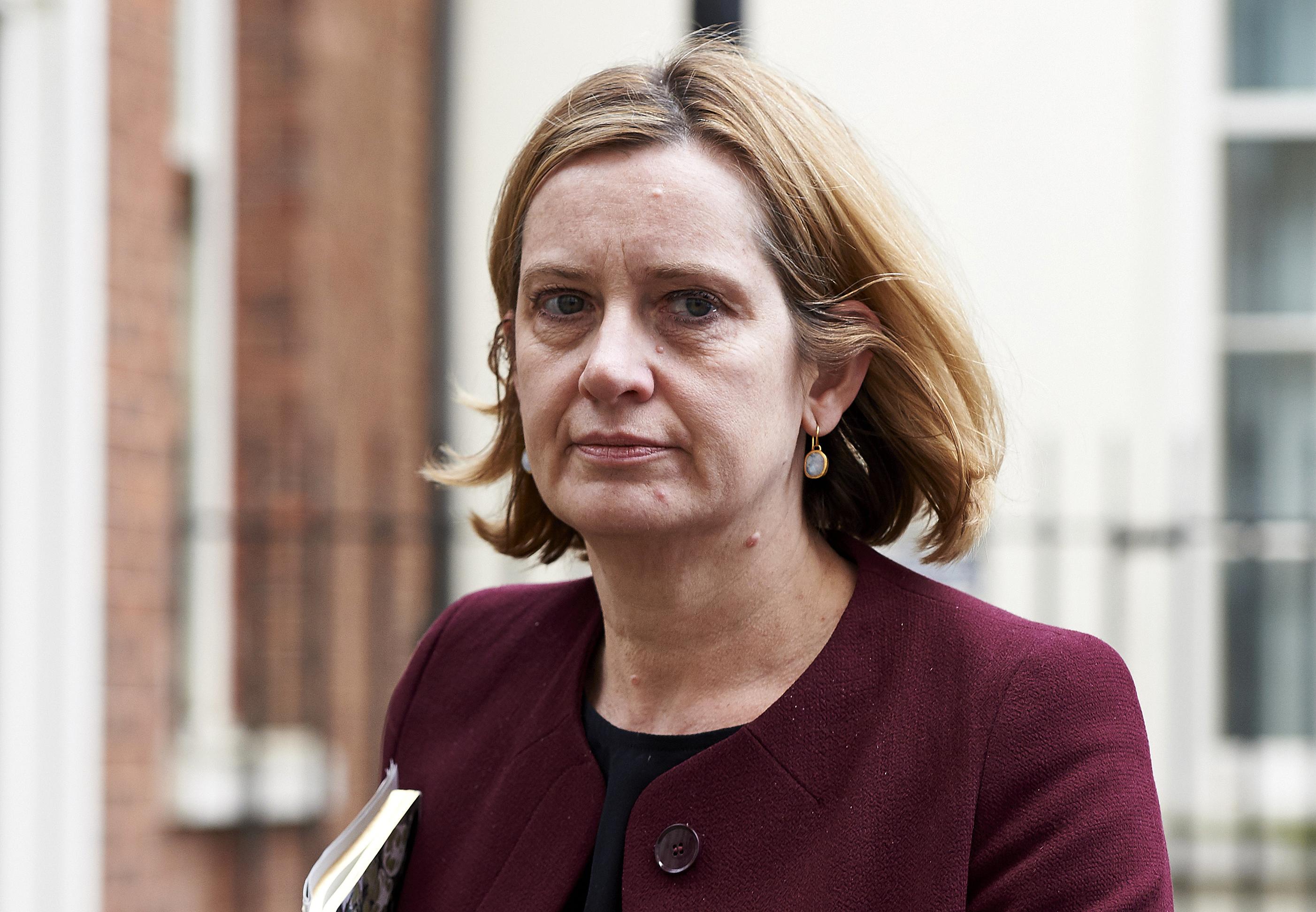 Össze-vissza beszélt a kitoloncolásokról, lemondott a brit belügyminiszter