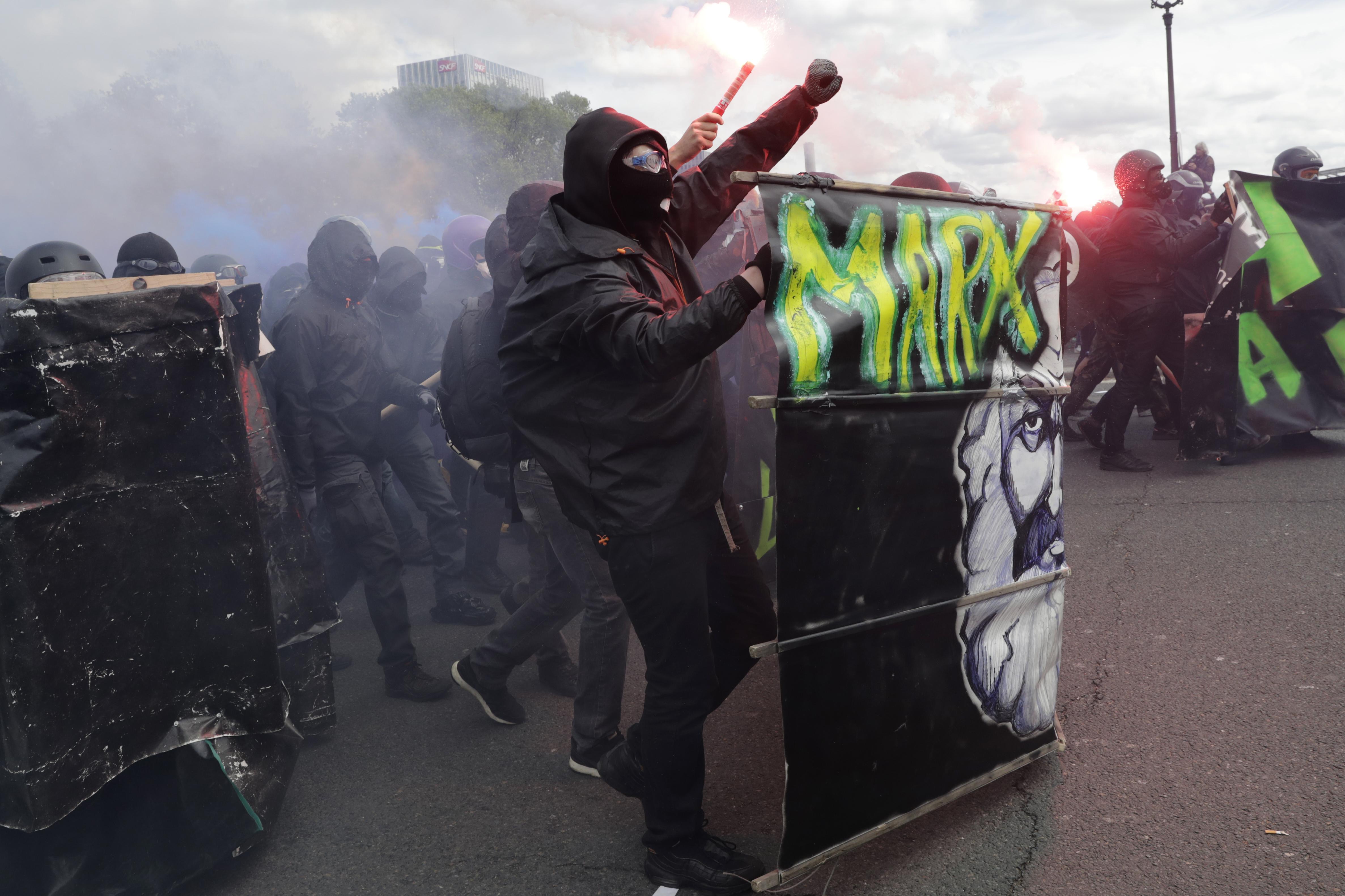 Gyújtogattak és romboltak Párizs belvárosában a szélsőbalos tüntetők