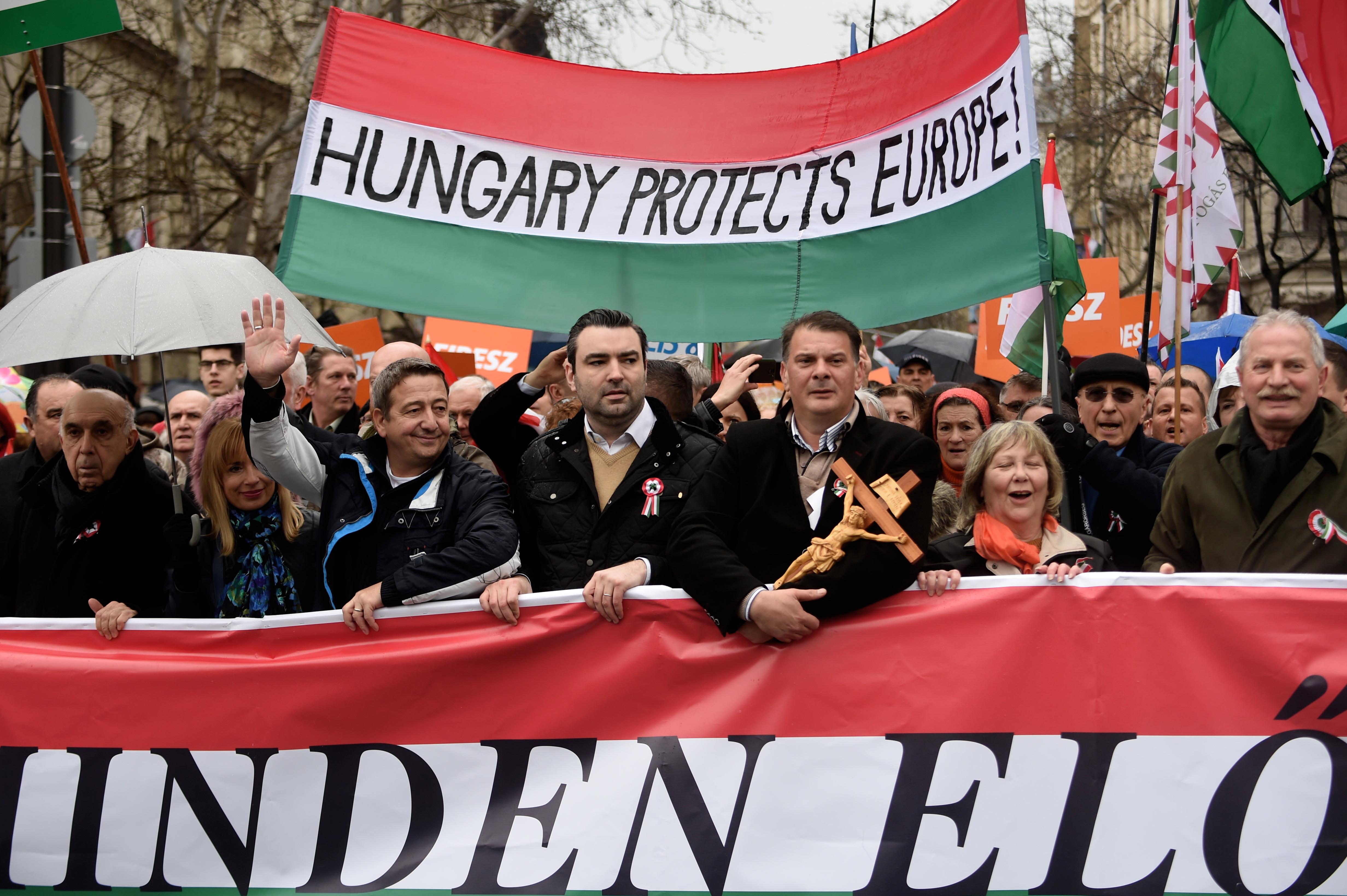 A kivándorlás miatti pánik is kellett ahhoz, hogy Kelet-Európa hadat üzenjen a demokráciának