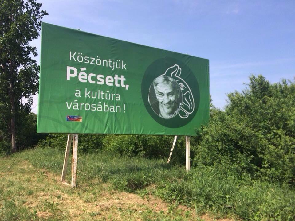 Meghekkelték a Pécset a kultúra városaként reklámozó táblát a vasárnapi tüntetés szervezői