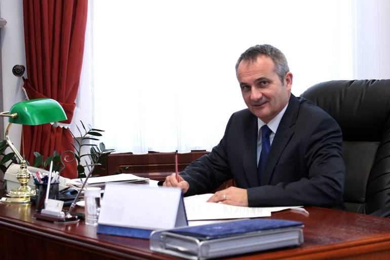Mióta megválasztották, szélsebesen hasít a bajai polgármester alkalmazott nélküli ingatlantársasága