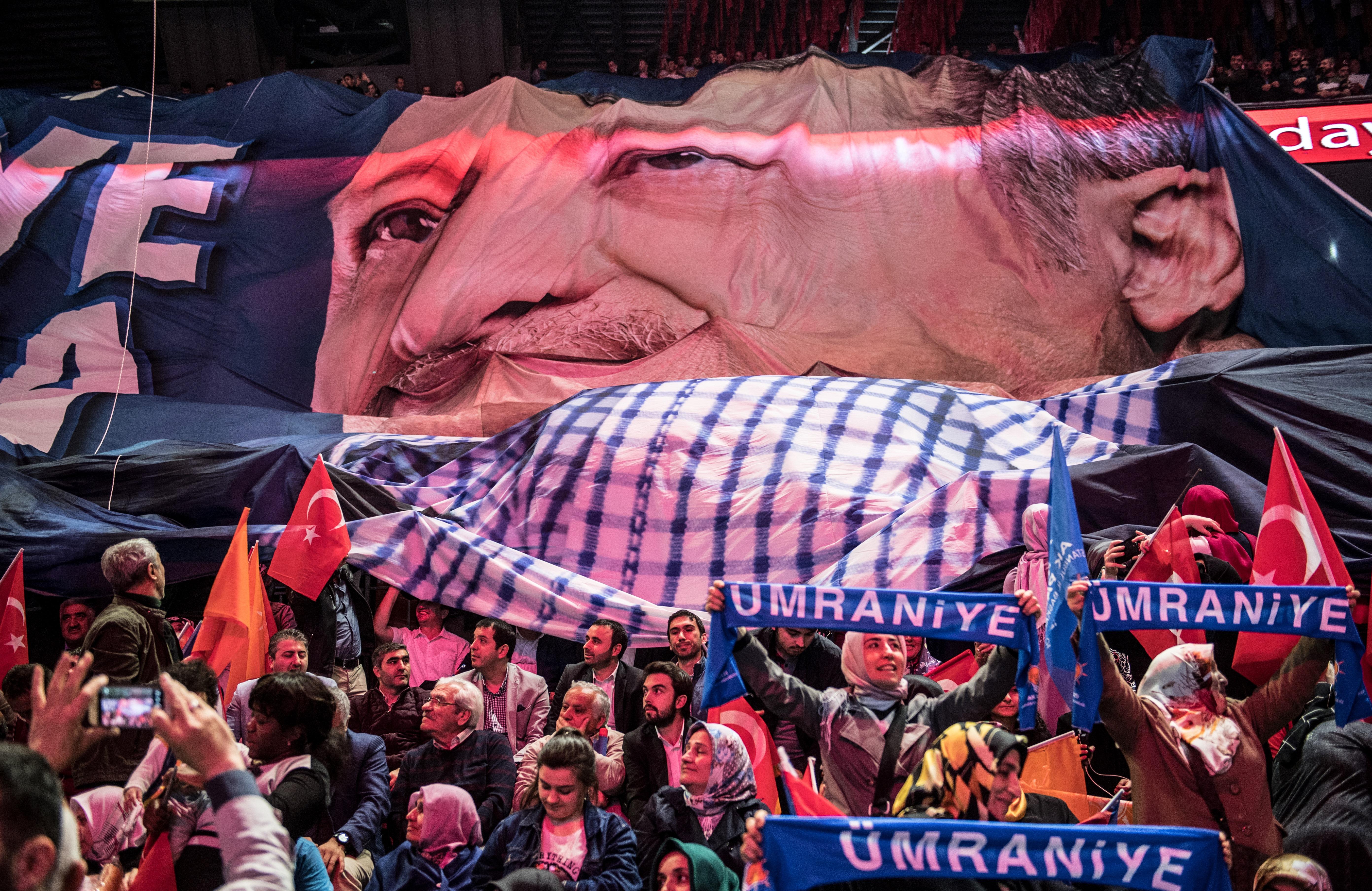 Erdogan megfélemlítéssel hangol a sorsdöntő választások előtt