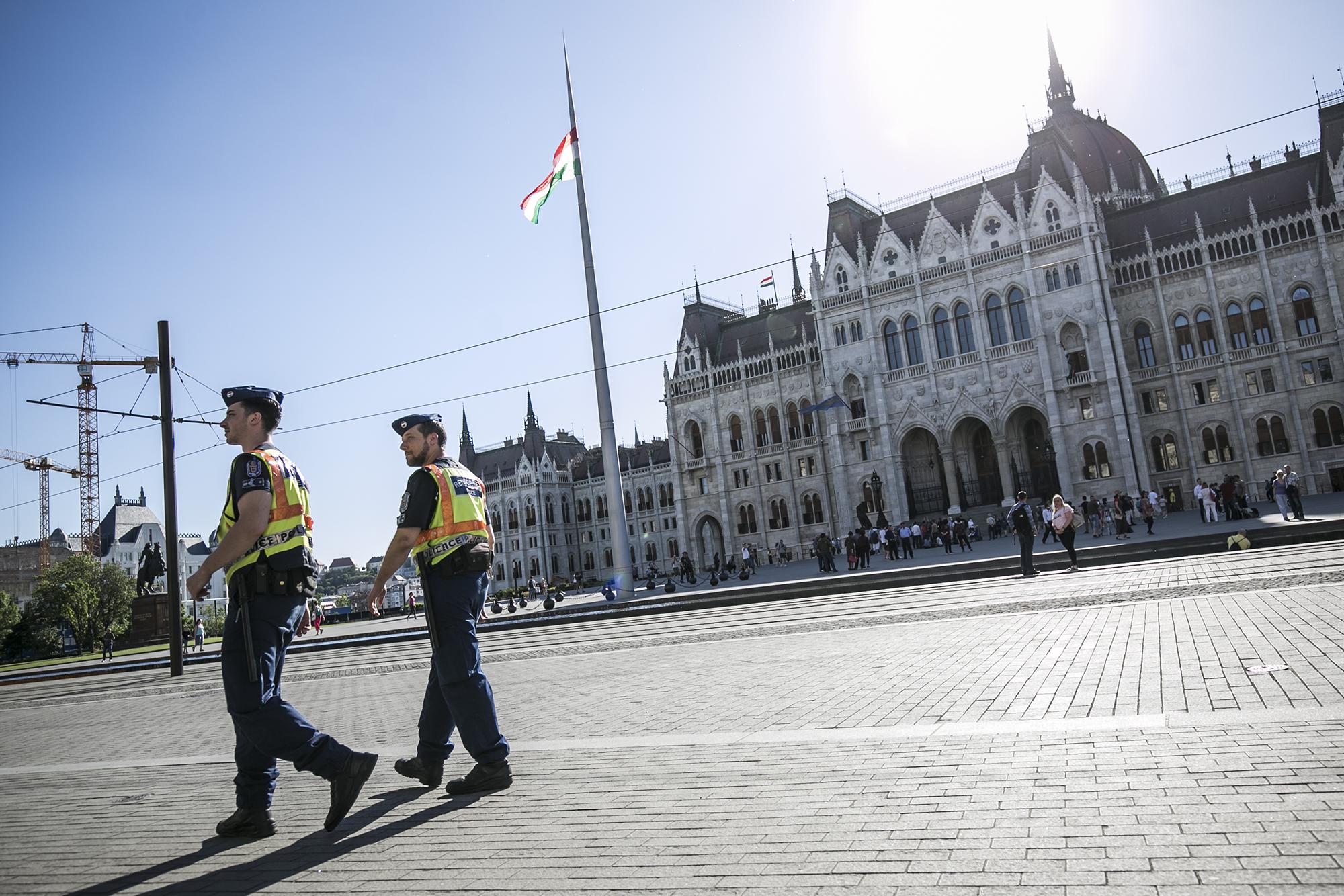 16 embert vittek ki hajnalban a Kossuth térről