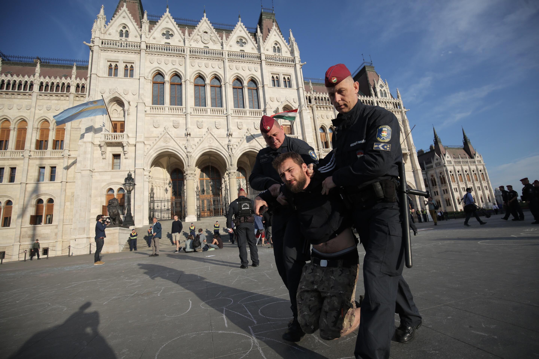 Többen a Kossuth téren éjszakáztak, de kivitték őket a rendőrök