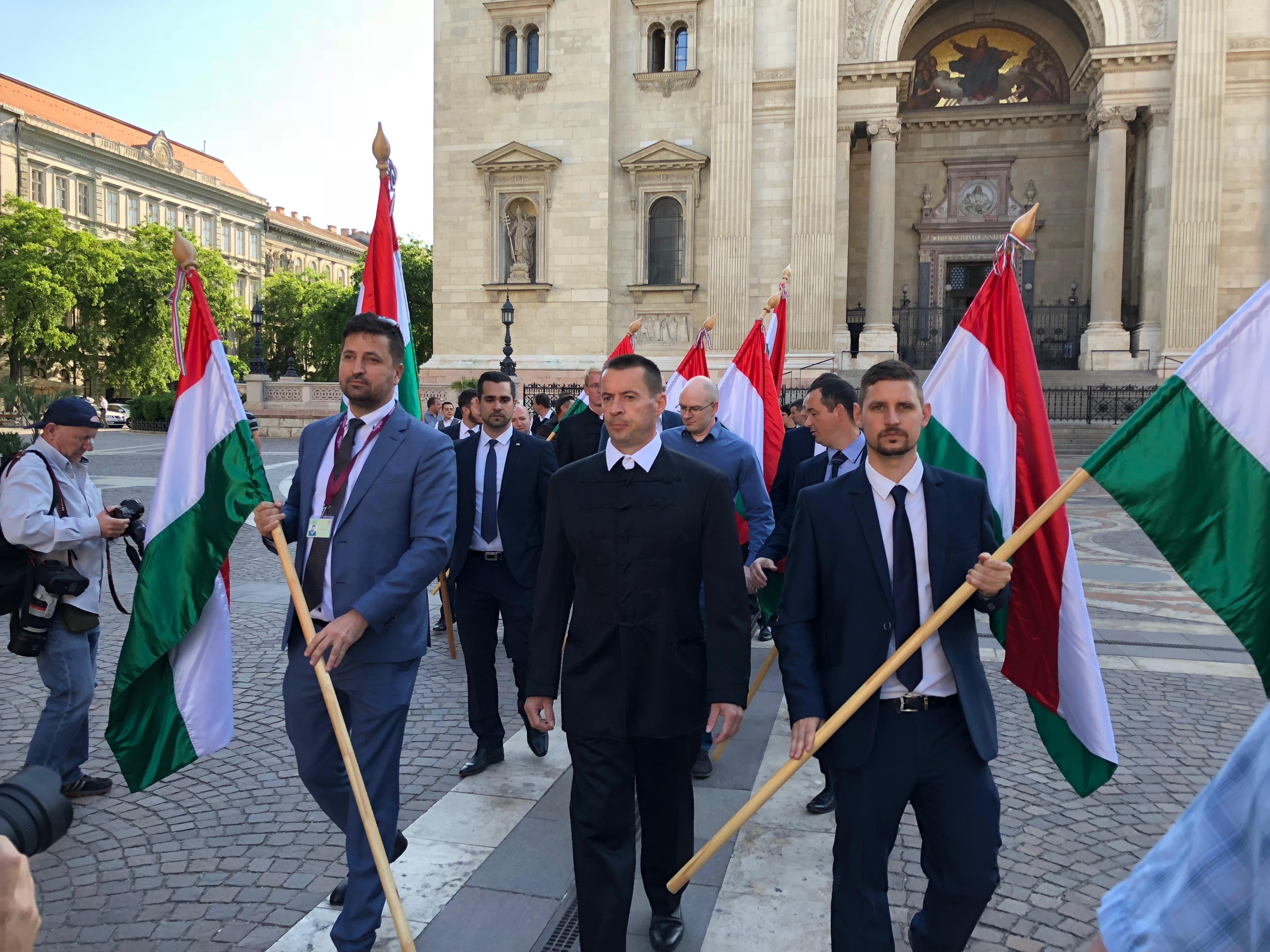 Elmaradt a Jobbik kordonbontása, hiszen kordon helyett rendőrsorfal áll a Parlament körül