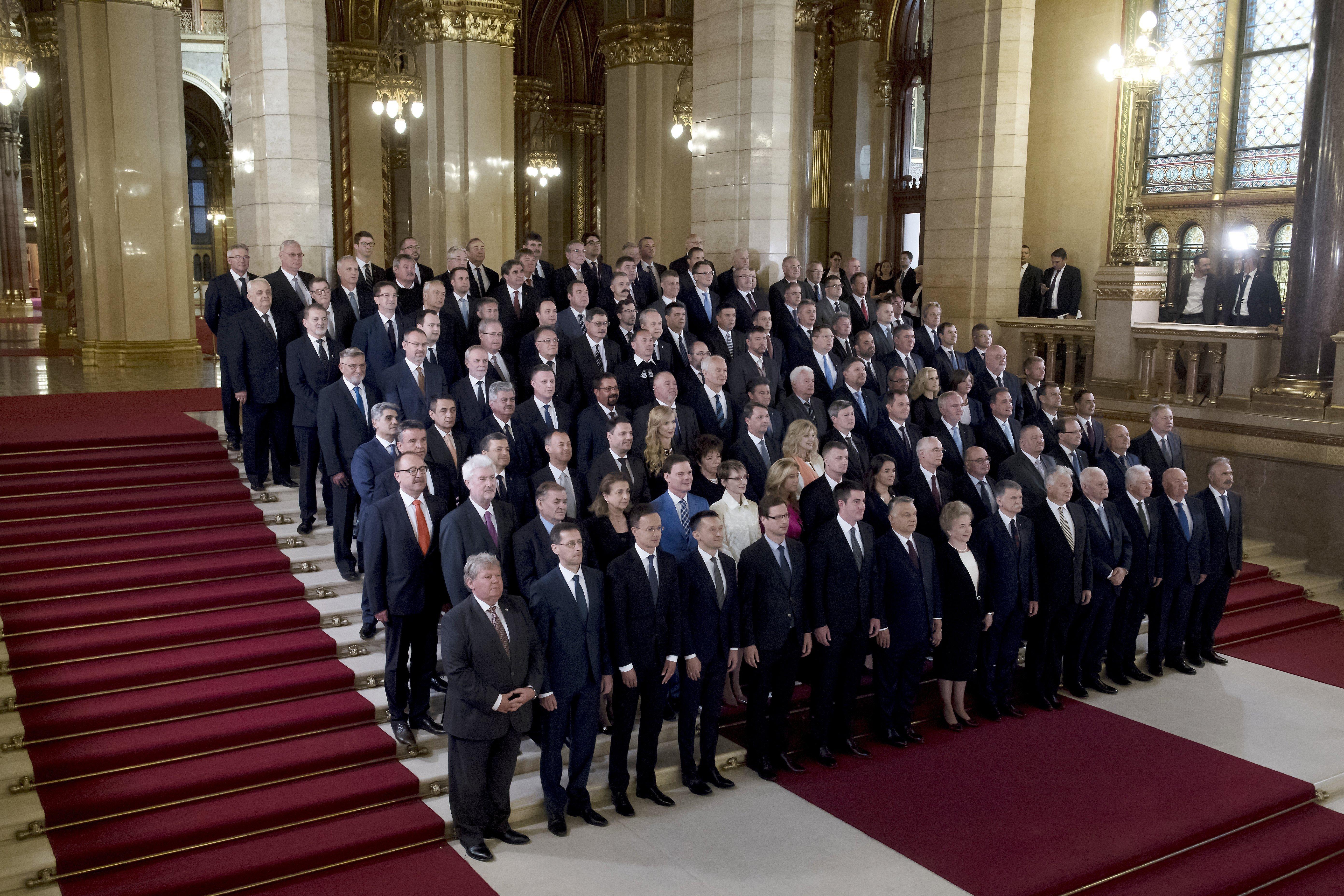 Idén csak a Parlamenten belül fotózkodott a Fidesz-frakció