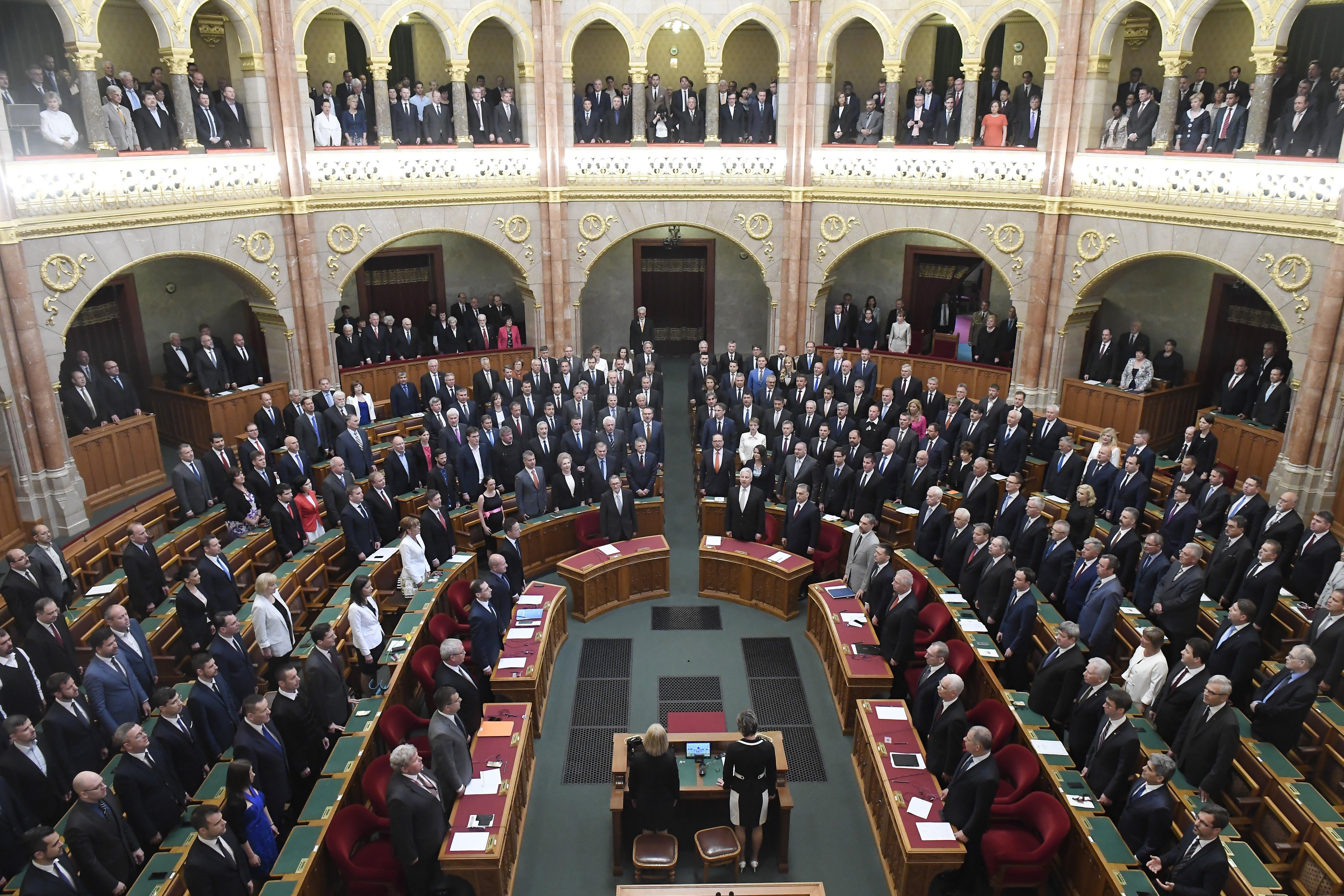 Tüntetőktől körülölelt parlamentben alakult meg az új országgyűlés