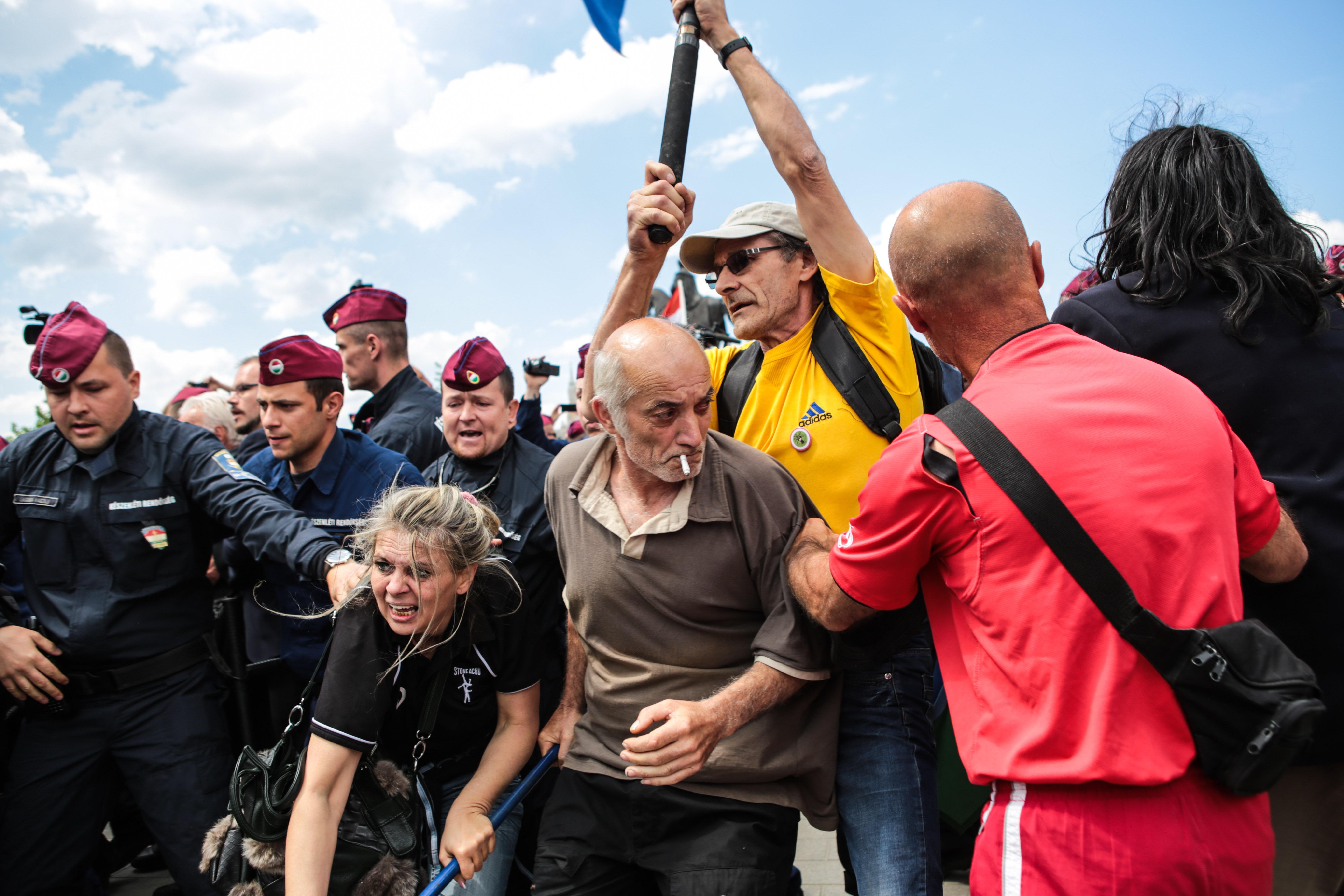 A parlament kijáratainál hazaárulóznak a tüntetők