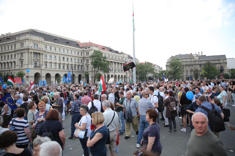Folyamatosan érkeznek a Kossuth térre, ezért csúszik a tüntetés