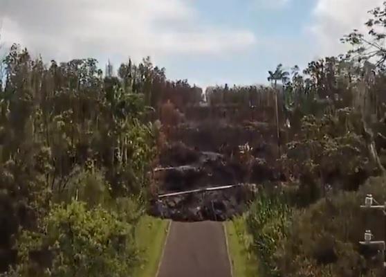 Drónvideón egy hawaii lávaömlés pusztítása