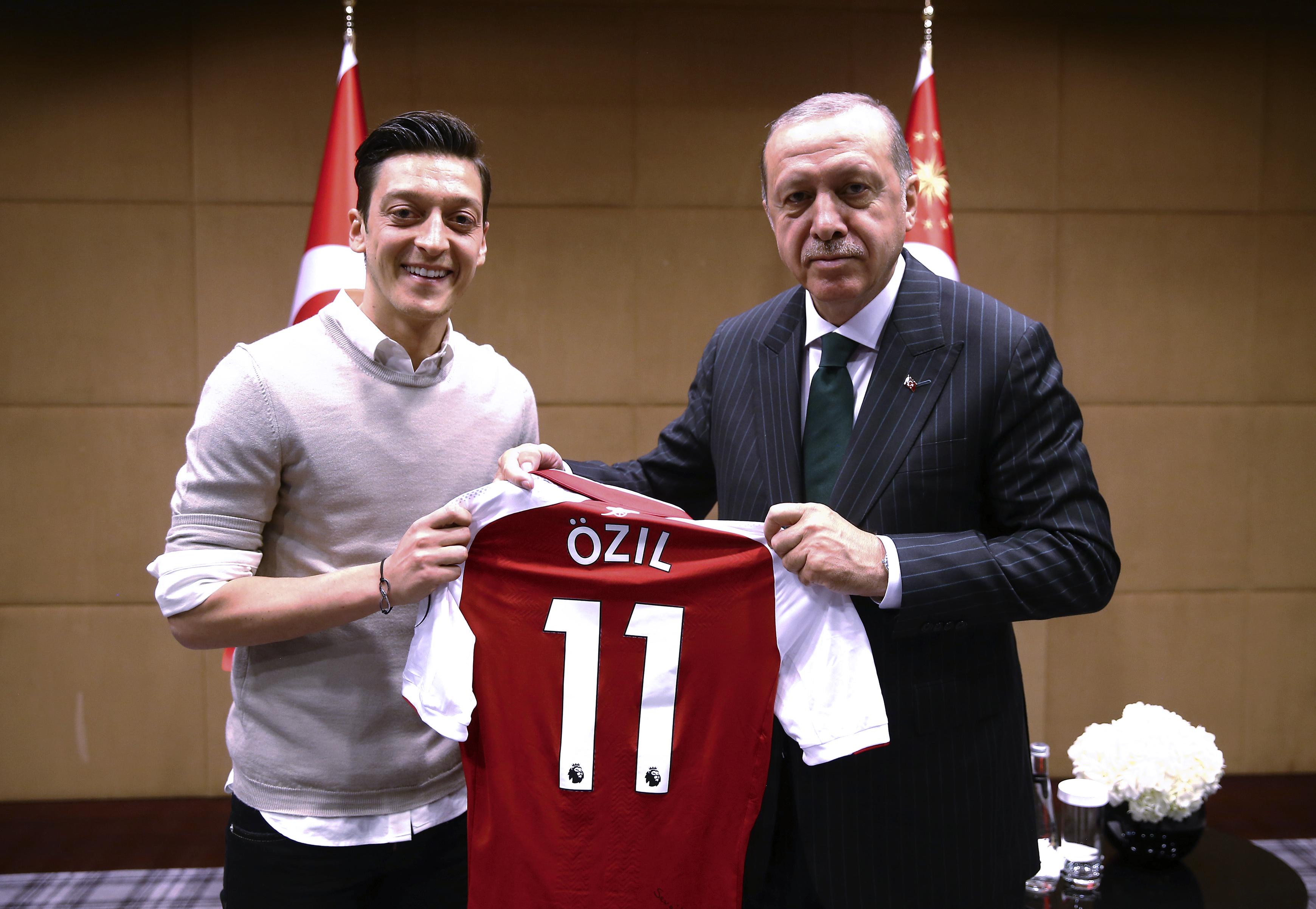 Özil szerint tiszteletlen lett volna nem fotózkodni Erdogan elnökkel