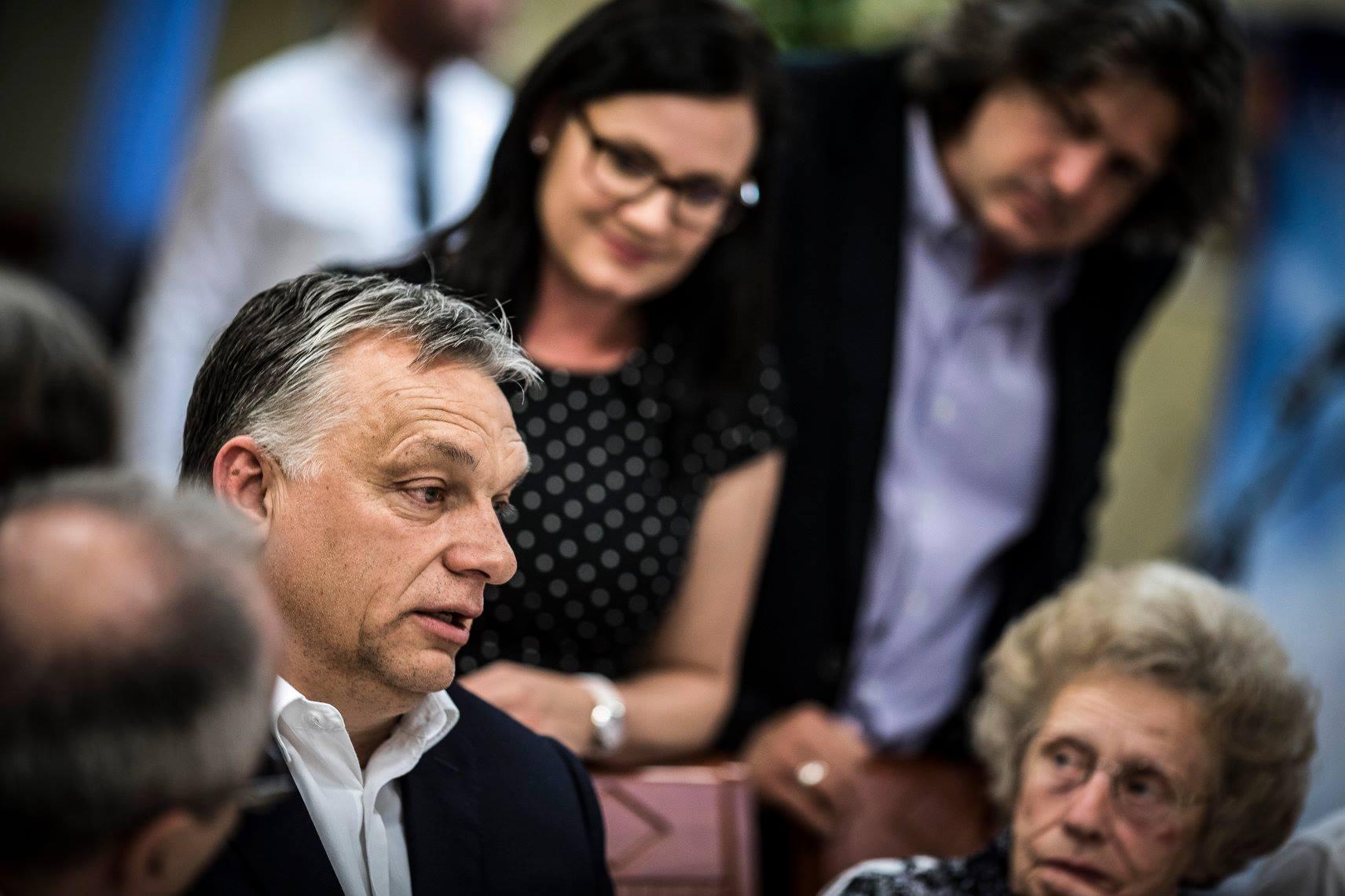 Orbán Viktor kiállt egy klubnyi nyugdíjas elé, és tartott nekik egy sajtótájékoztatót a gazdasági növekedésről
