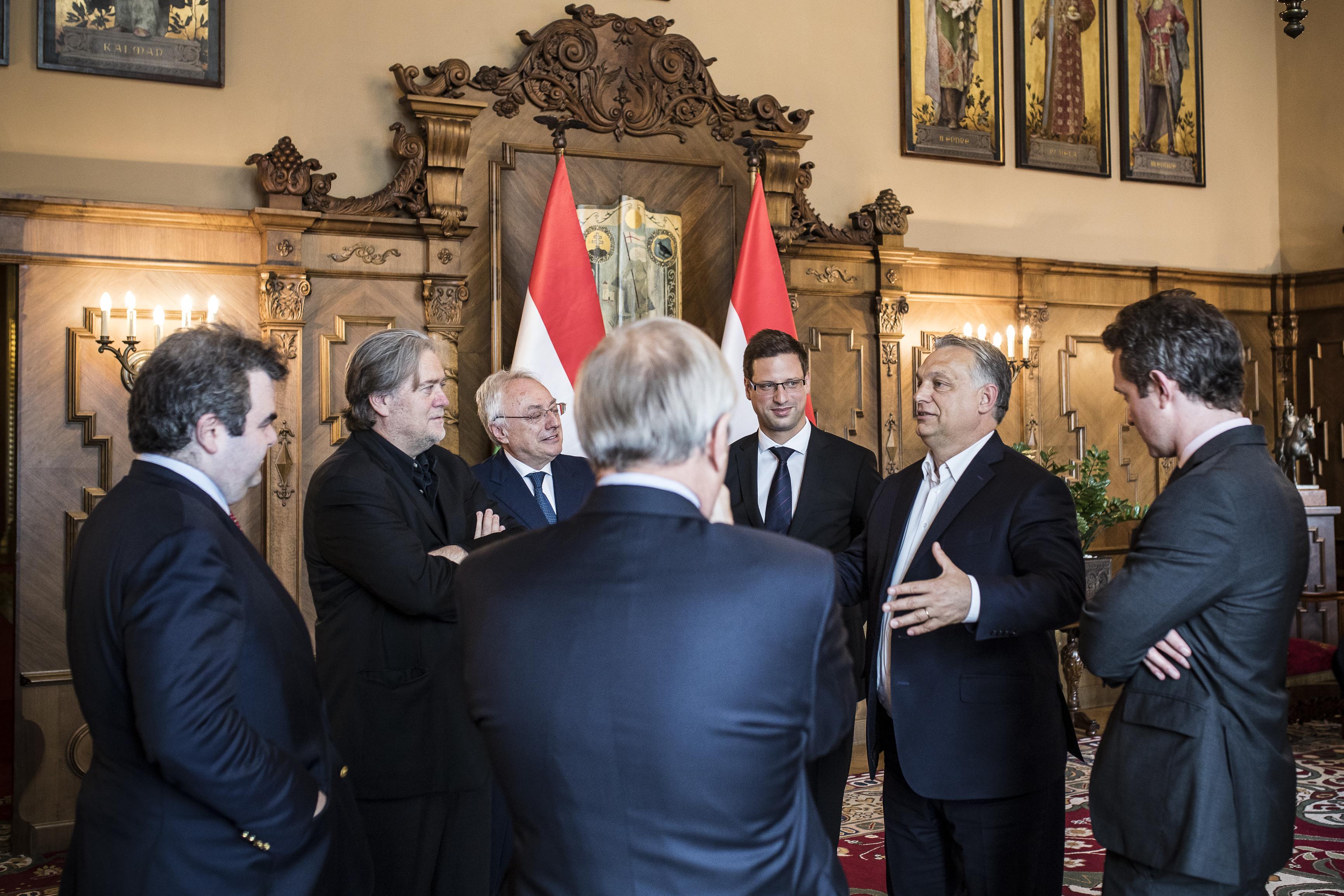 Két hónapja Havasi még azt mondta, nincs tervben egy Orbán–Bannon-találkozó, most meg kijött róluk a közös fotó