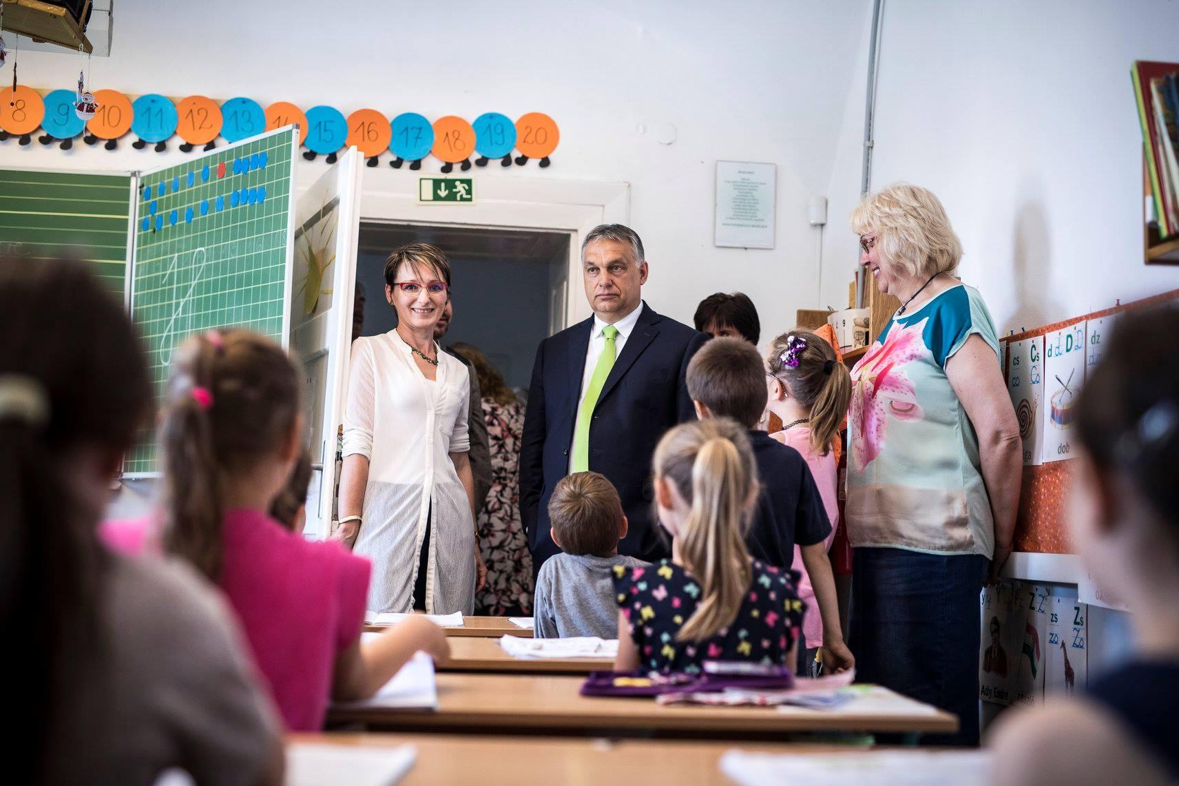Orbán ajándékot vitt azoknak a gyerekeknek, akikkel két hónapja olyat kampányolt, hogy megbírságolták 350 ezerre