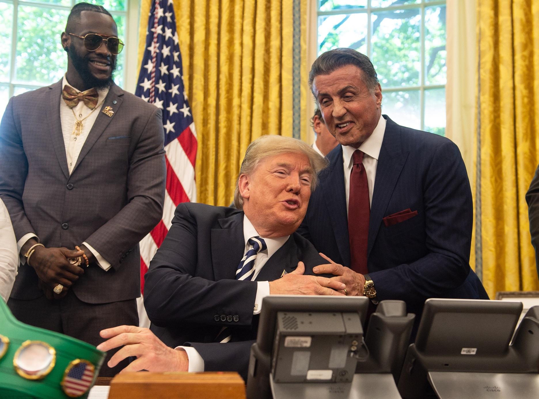 Sylvester Stallone kérésére Donald Trump megkegyelmezett az első afro-amerikai bokszbajnoknak