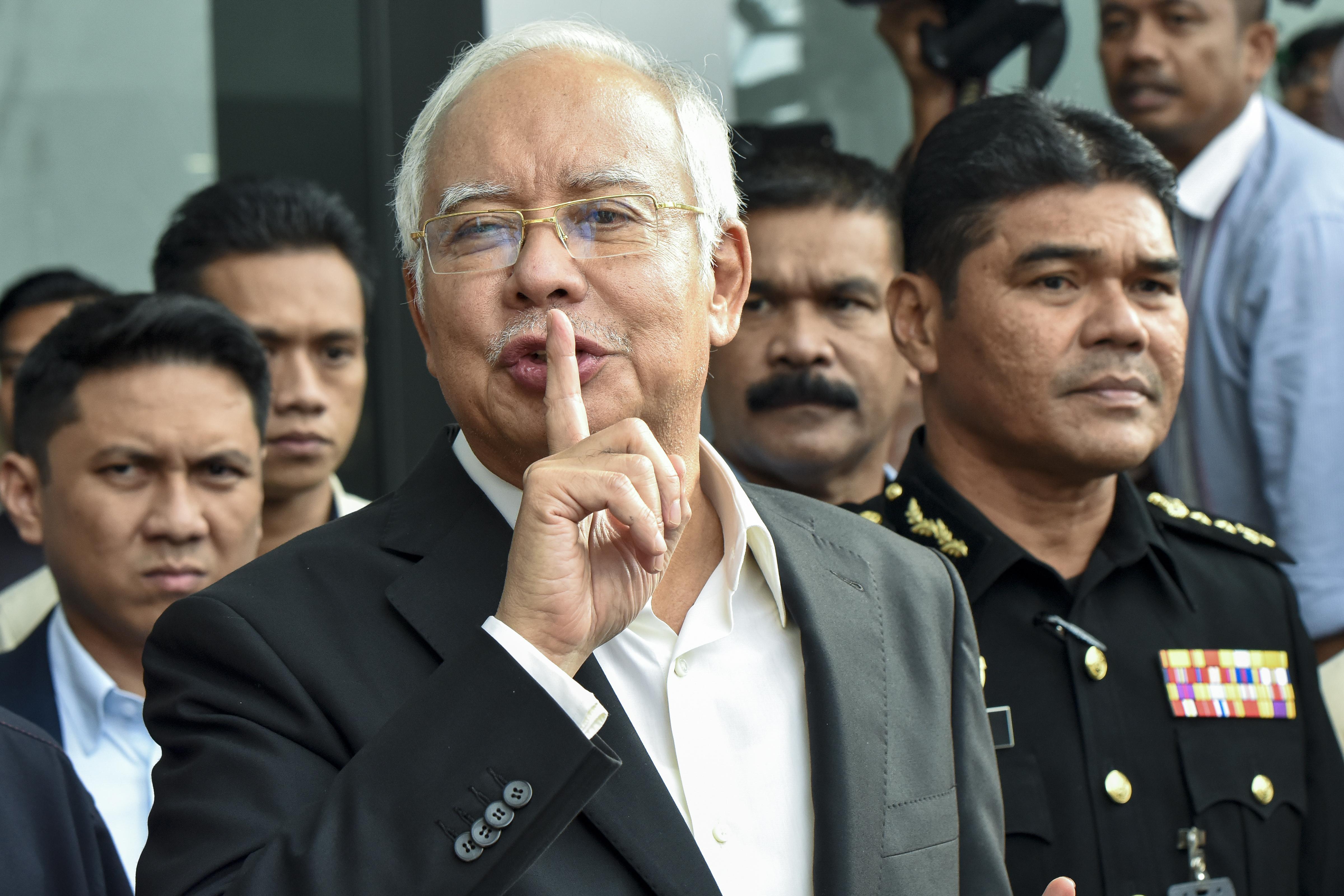 35 táskányi készpénzt foglaltak le rendőrök a bukott maláj kormányfő gyerekeinek lakásaiban