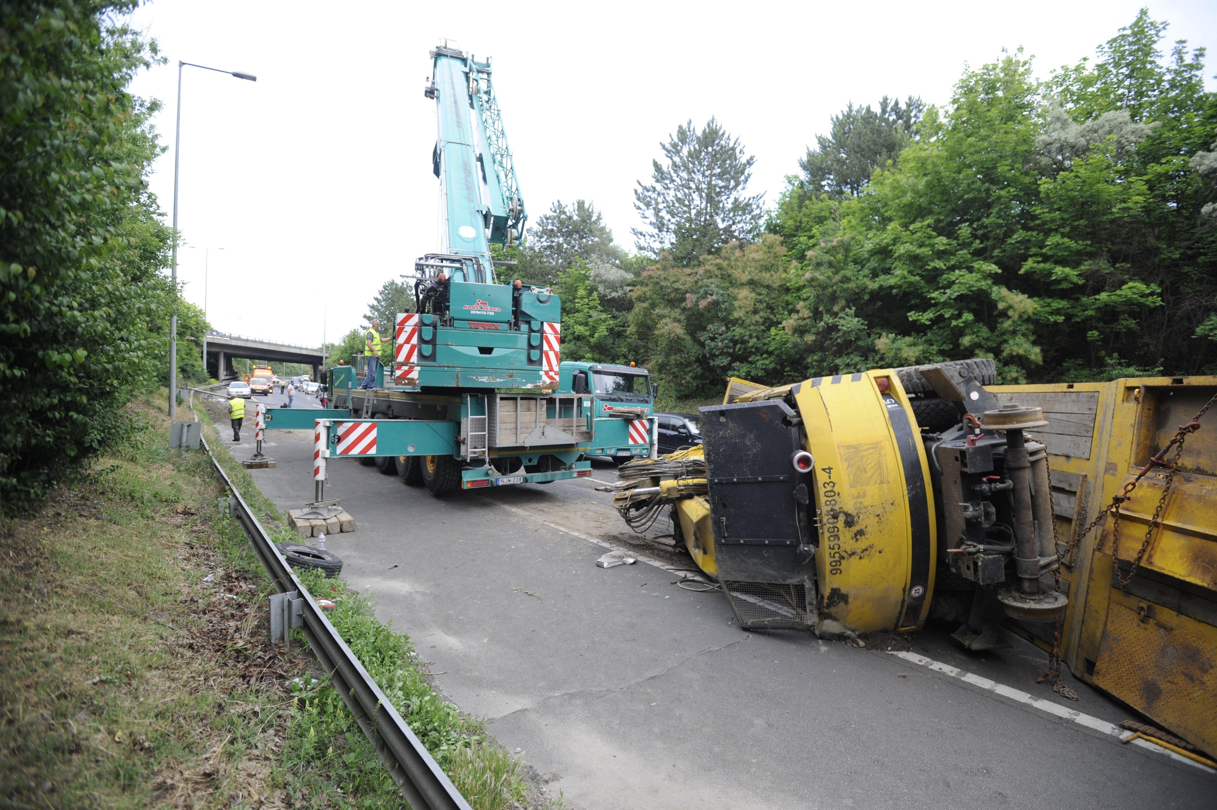 Felborult kamion miatt több kilométeres a dugó az M7-es Budapestről kivezető felén