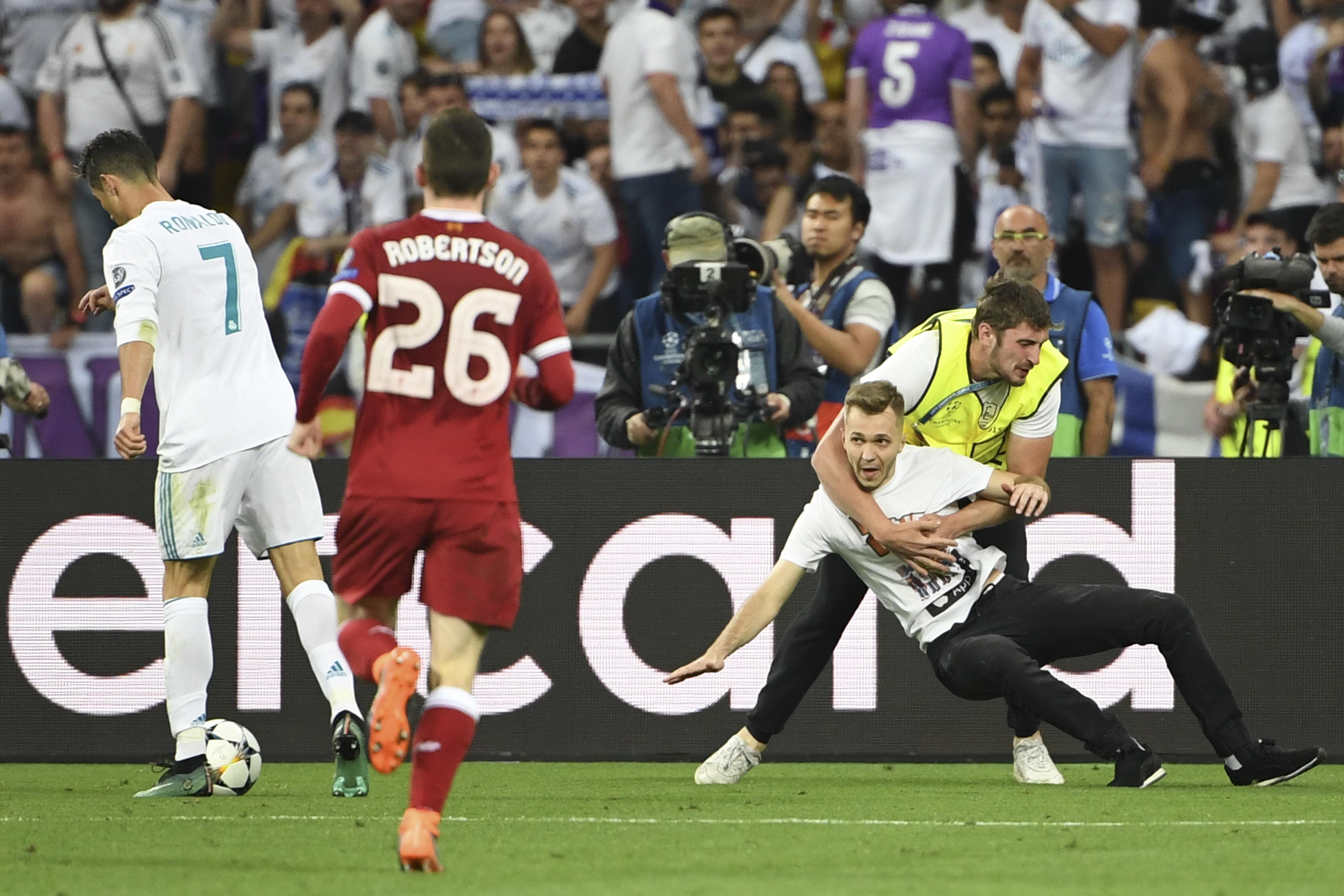 Egy pályára berohanó ember akadályozta meg Ronaldót a gólszerzésben