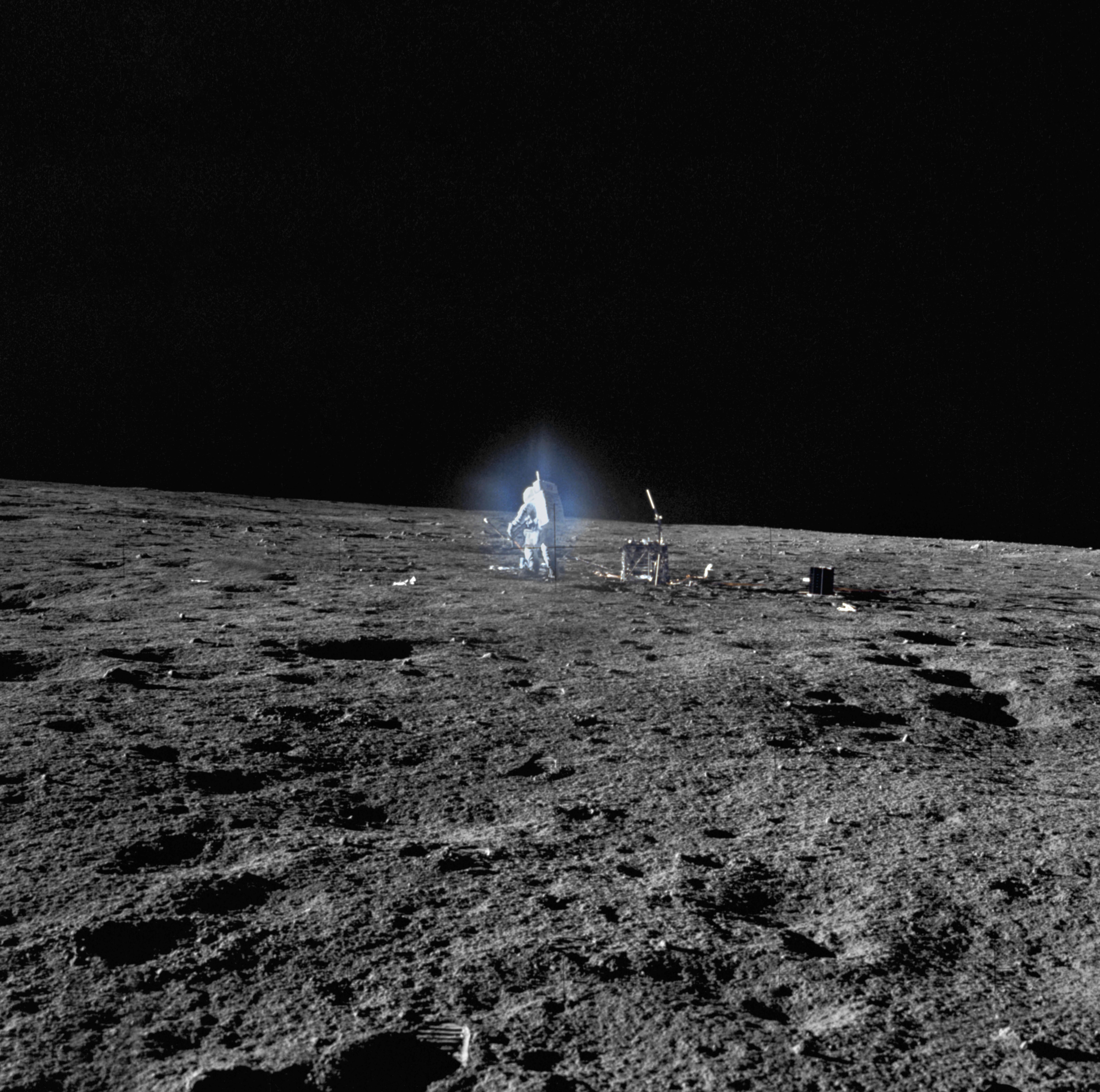 Mike Pence bejelentette: 5 éven belül amerikai űrhajósokat küldenek a Holdra