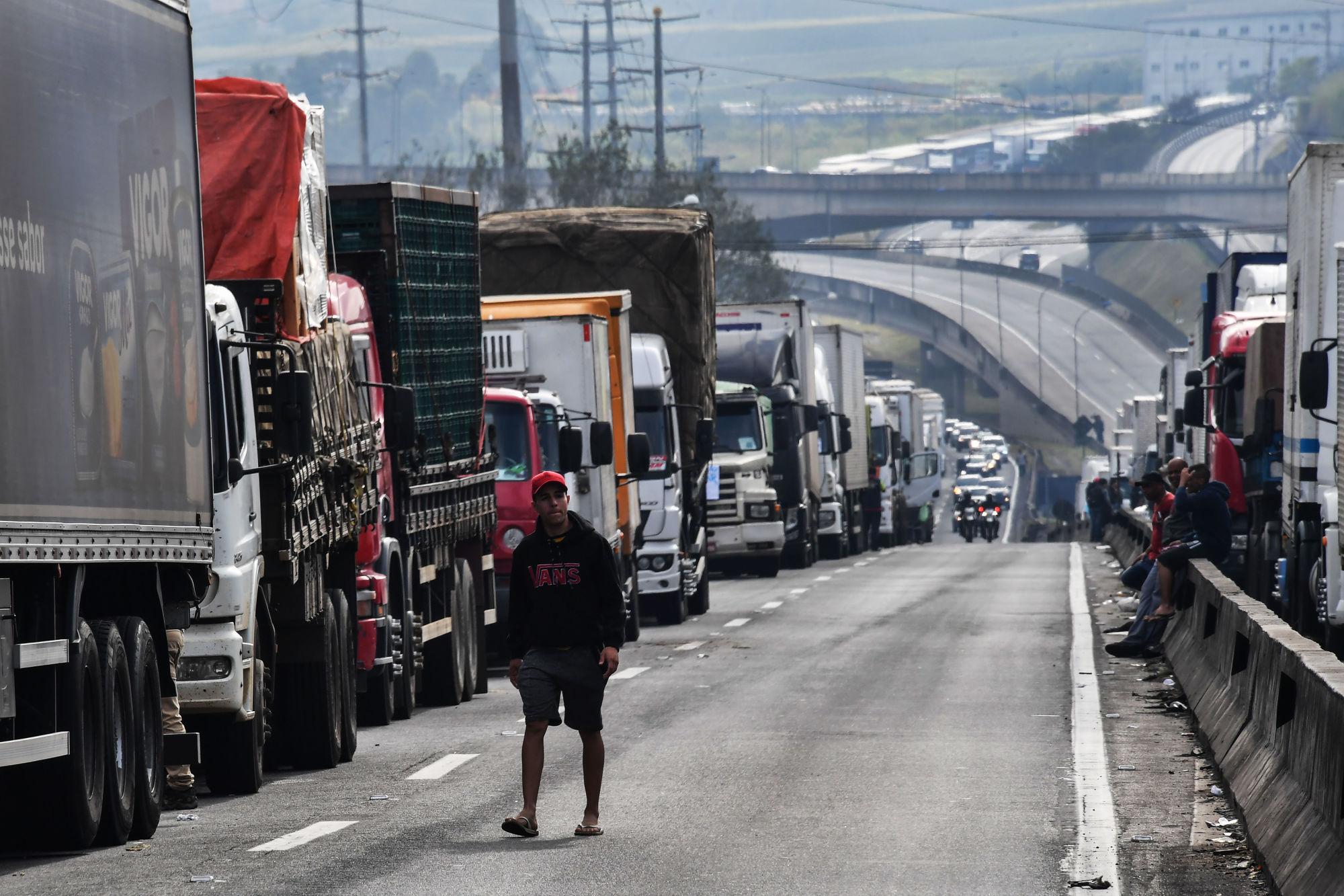 Engedett a brazil elnök a sztrájkoló kamionosoknak