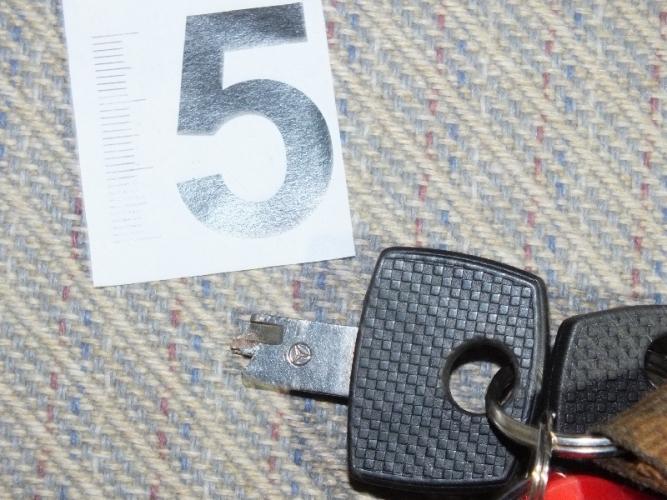 A magyar GTA: bemászott a kocsi résnyire lehúzott ablakán, majd az utastérben talált, de másik autóhoz való kulcsot beletörte a zárba, amire megjelent a tulaj