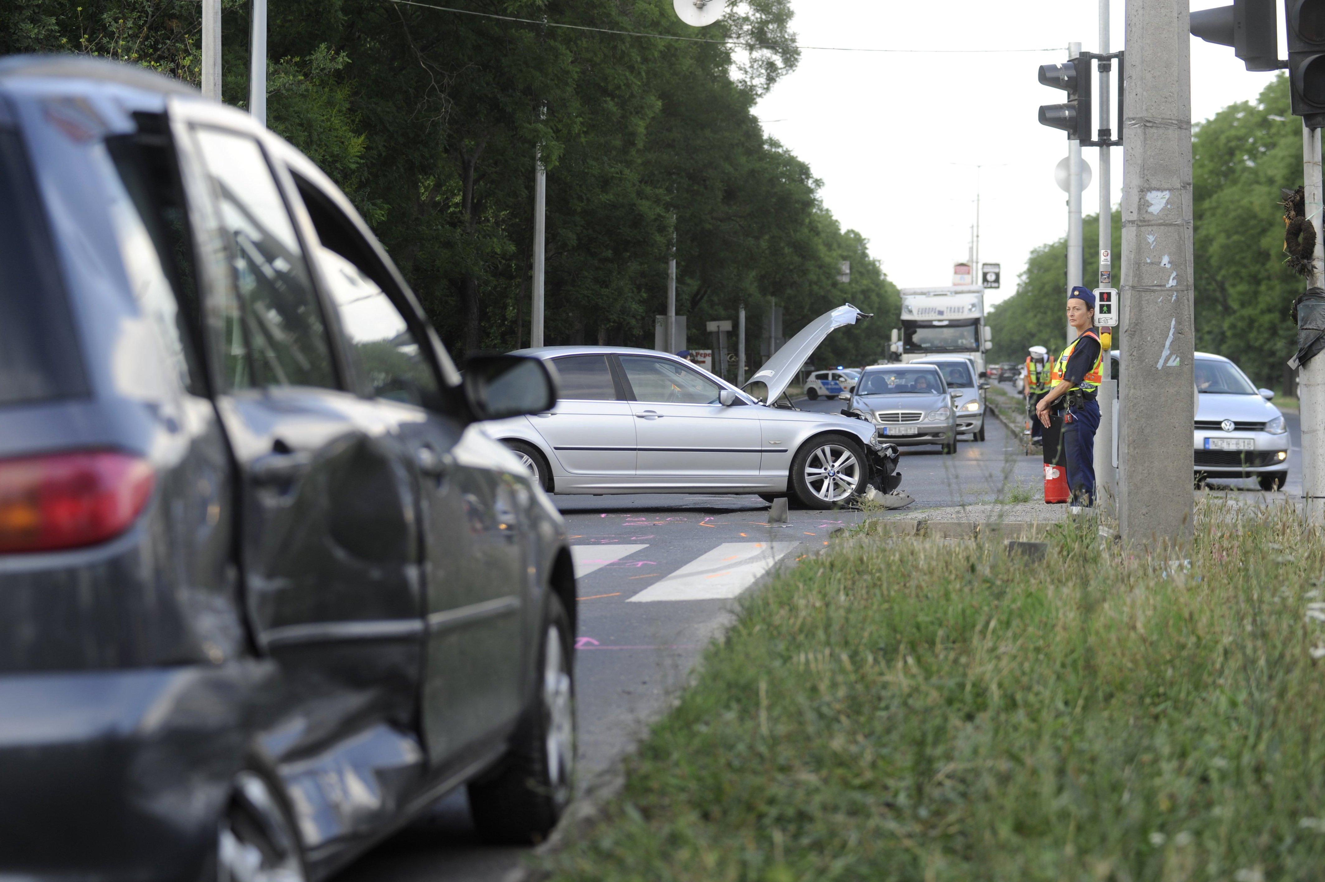Autók ütköztek a III.  kerületben, egy gyalogos meghalt