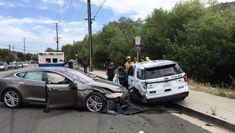 Rendőrautónak hajtott a Tesla egyik önvezető autója