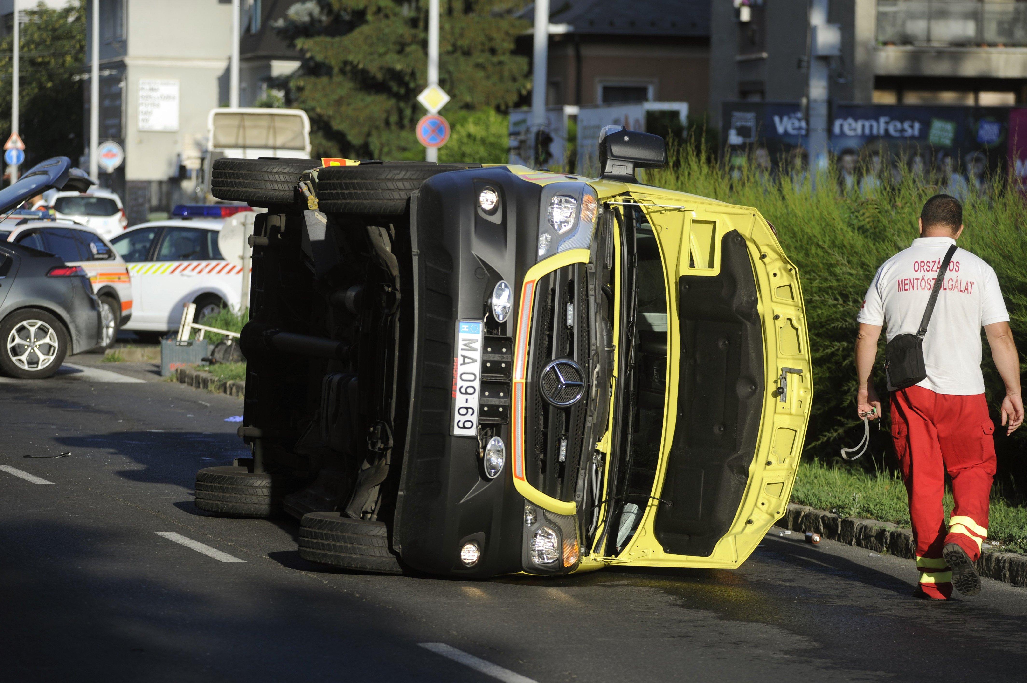 Oldalára borult egy mentőautó Újbudán, hárman megsérültek